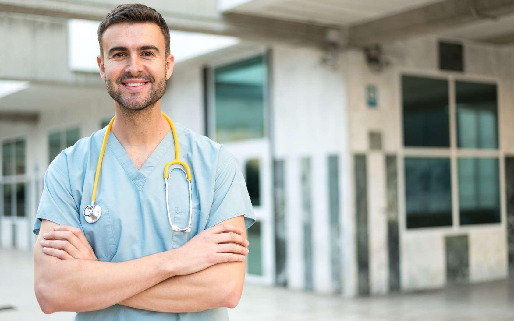 L'infirmier effectue les soins médicaux auprès des patients. Outre son aspect technique, son métier est également très lié aux rapports humains. © DavidPrado, Fotolia.