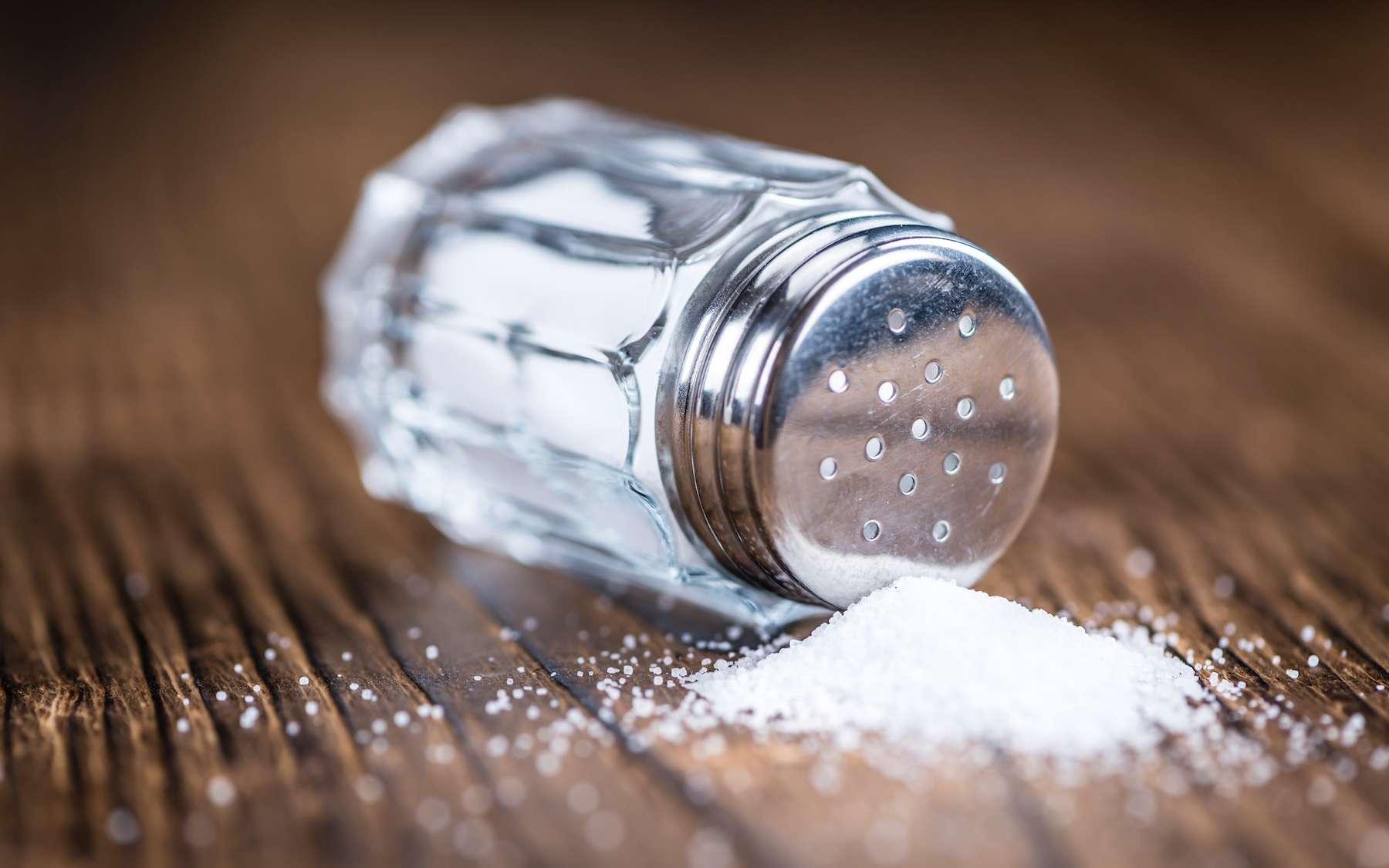 Le sel modifie la pression osmotique entre le liquide intra et extra-cellulaire. © HandmadePictures, Adobe Stock