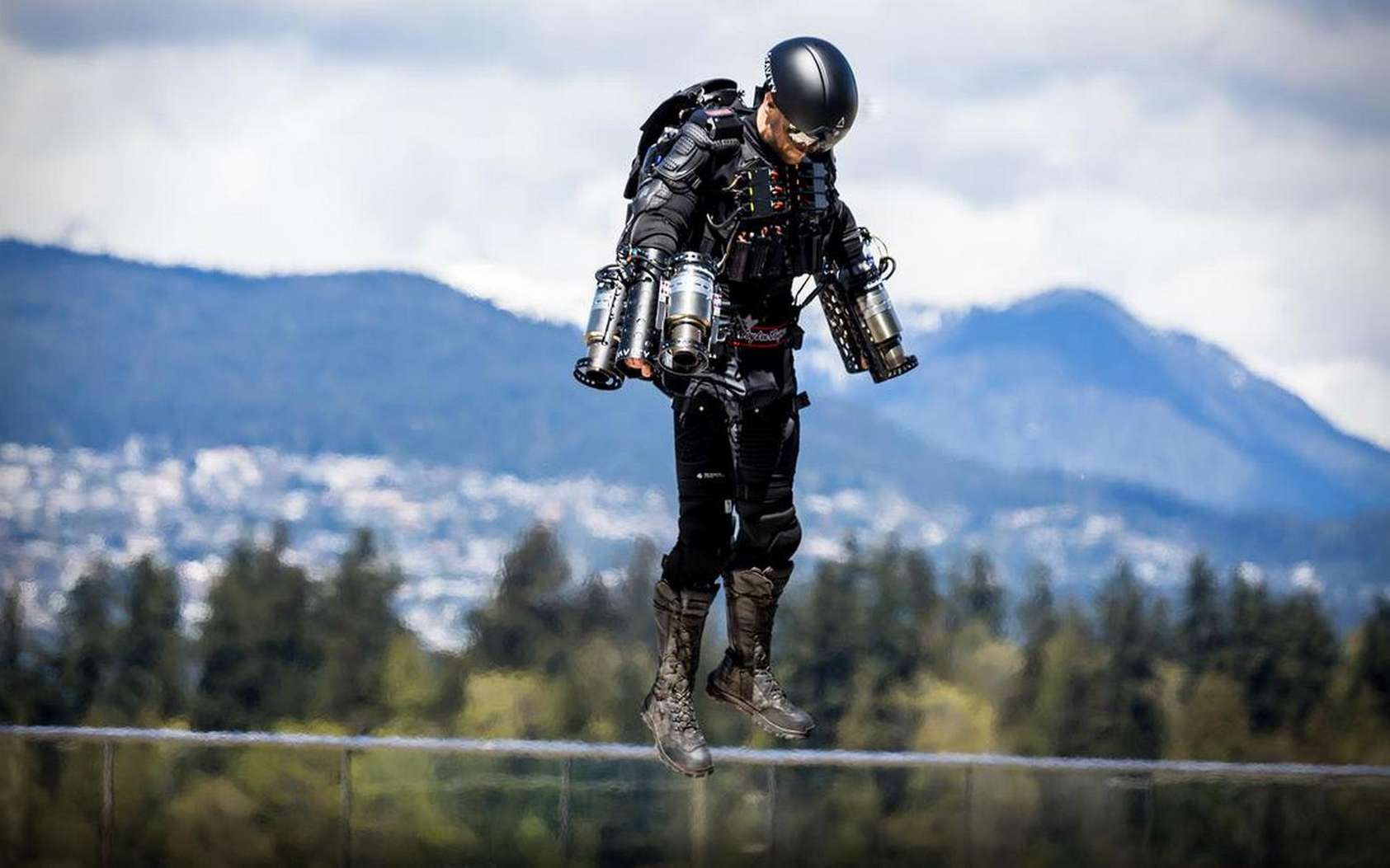 Voici Richard Browning en pleine action lors de sa tentative de record du monde de vitesse en jetpack. Un vrai Iron Man ! © Guinness World Records