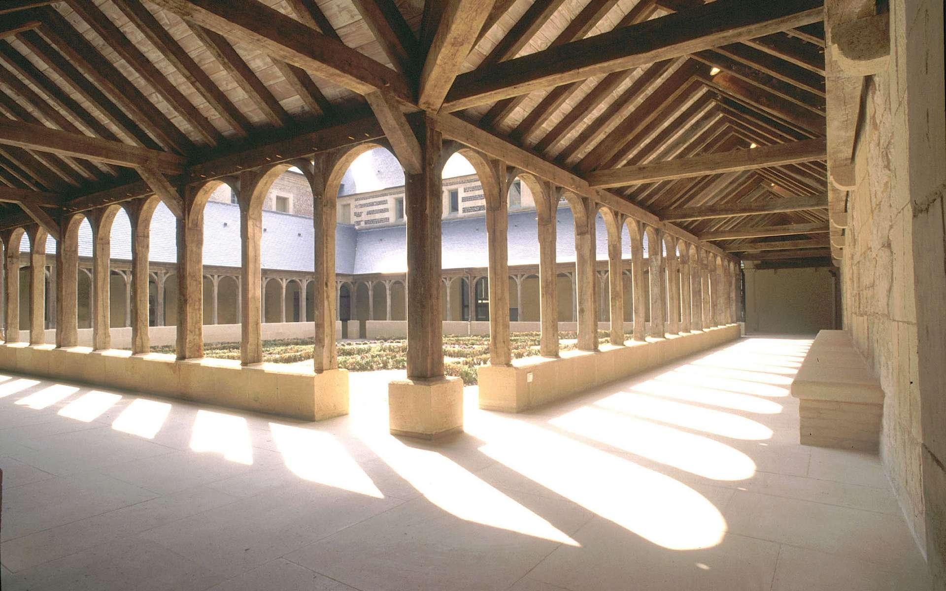 Cour intérieure composée de quatre galeries à colonnades sur murs-bahuts. © Abbaye de Montivilliers