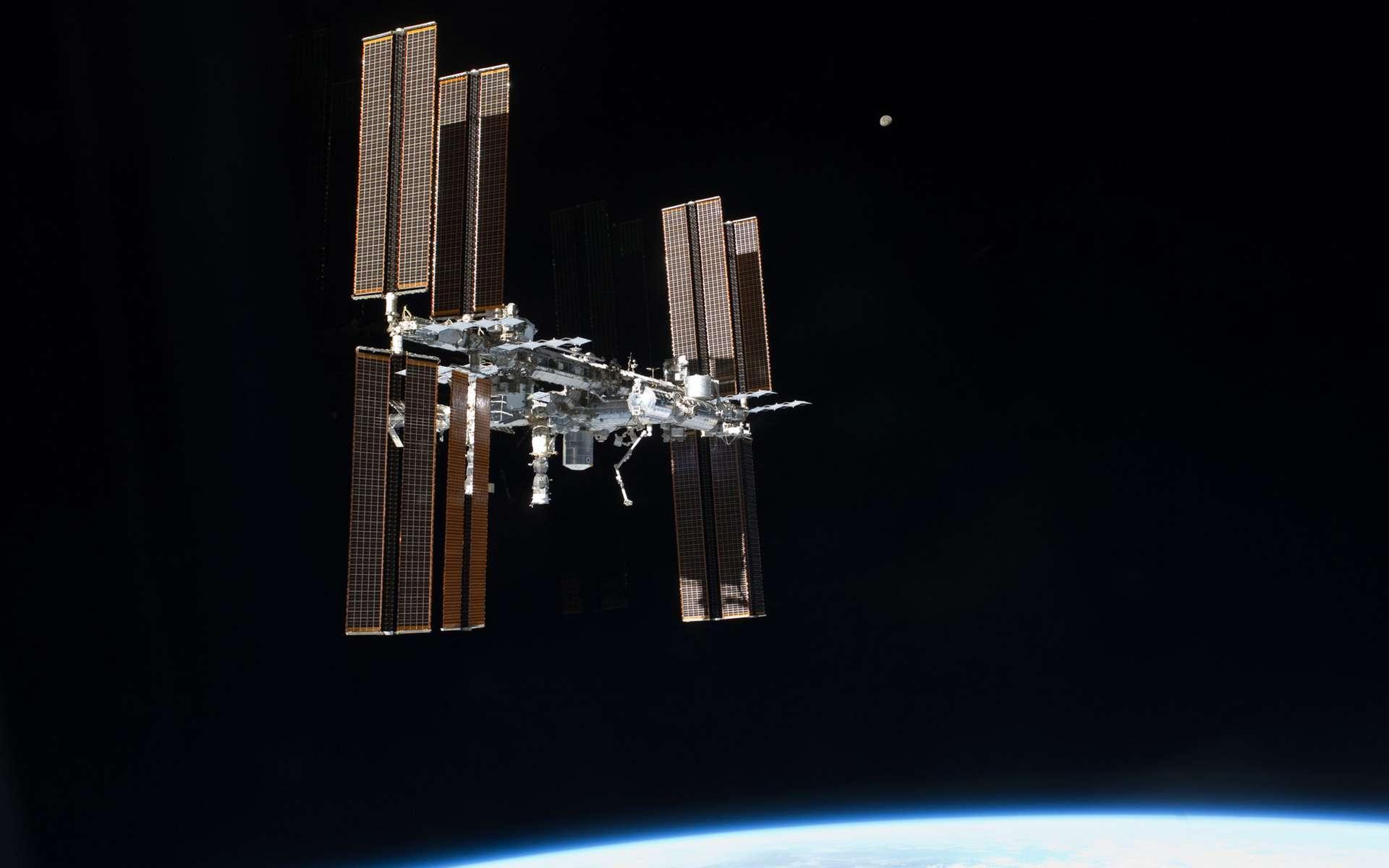 La Station spatiale vue par le dernier équipage d'une navette, en juillet 2011. Longue de 109 mètres pour une masse de 420 tonnes, l'ISS est quatre fois plus grande que l'ancienne station spatiale russe Mir et environ cinq fois plus grande que le Skylab américain des années 1970. © Nasa