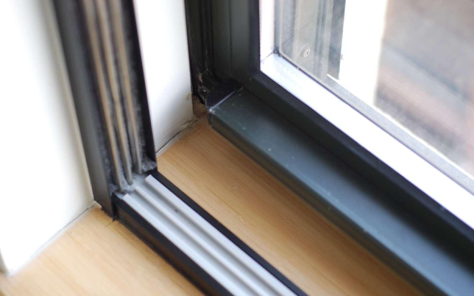 Fenêtre à double vitrage utilisant la méthode masse-ressort-masse pour l'isolation phonique. © Dumbonyc, CC BY-SA 2.0, Flickr
