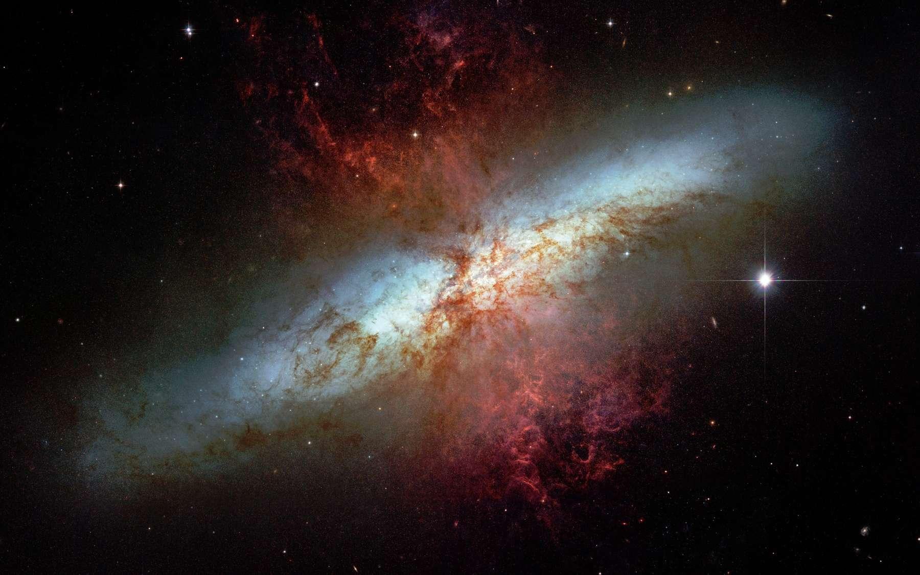 Cette extraordinaire image réalisée par le télescope spatial Hubble montre les irrégularités du coeur de M 82. Crédit Nasa