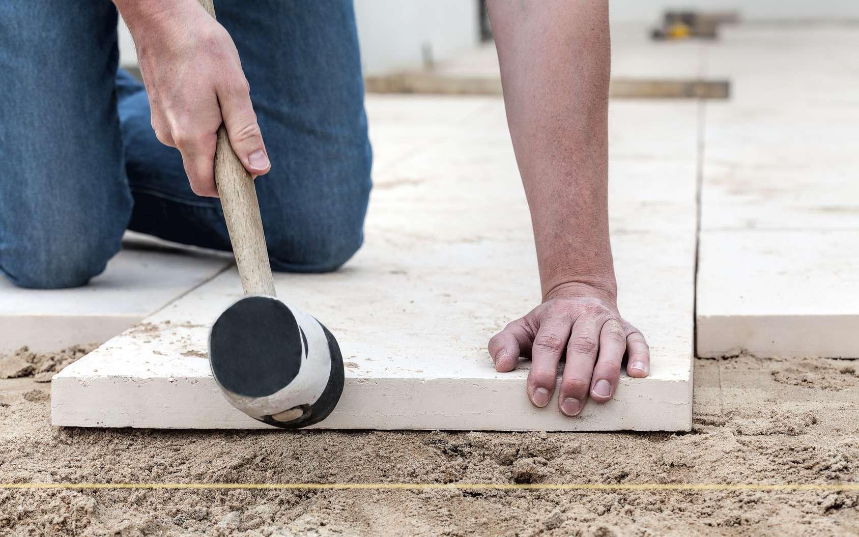 Creuser les fondations d'une terrasse permet une meilleure stabilité à votre extension. © Photographee.eu, Fotolia