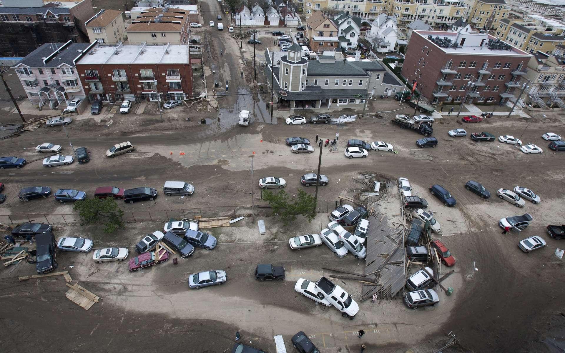Après avoir ravagé la Louisiane, l'ouragan Ida poursuit sa route dévastatrice. Des pluies torrentielles ont inondé New York la nuit dernière. En photo, un quartier de New York dévasté après le passage de l'ouragan Sandy. © MISHELLA, Adobe Stock