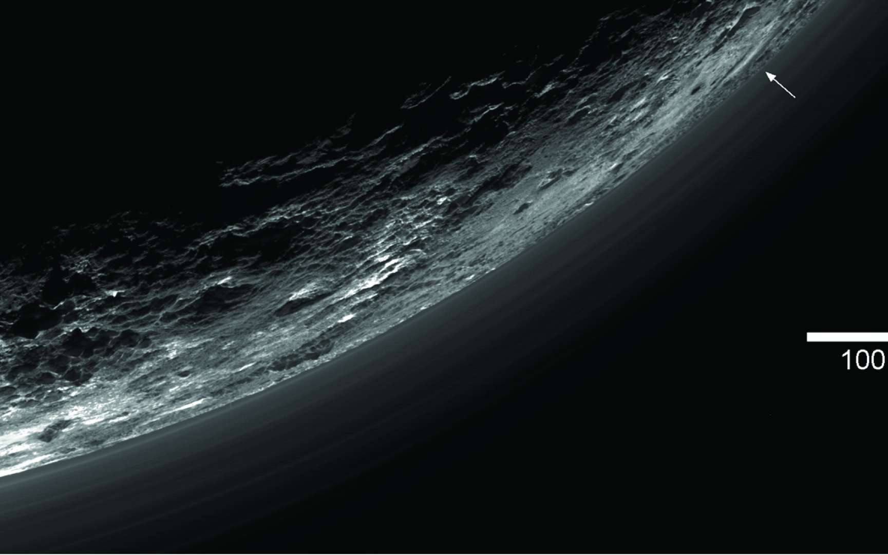 Comme l'indiquent les flèches, toutes les couches de brume ne sont pas parallèles : une des plus basses (ici à 5 km d'altitude) descend jusqu'à toucher la surface de Pluton. © Nasa, JHUAPL, SwRI, AAAS, Science