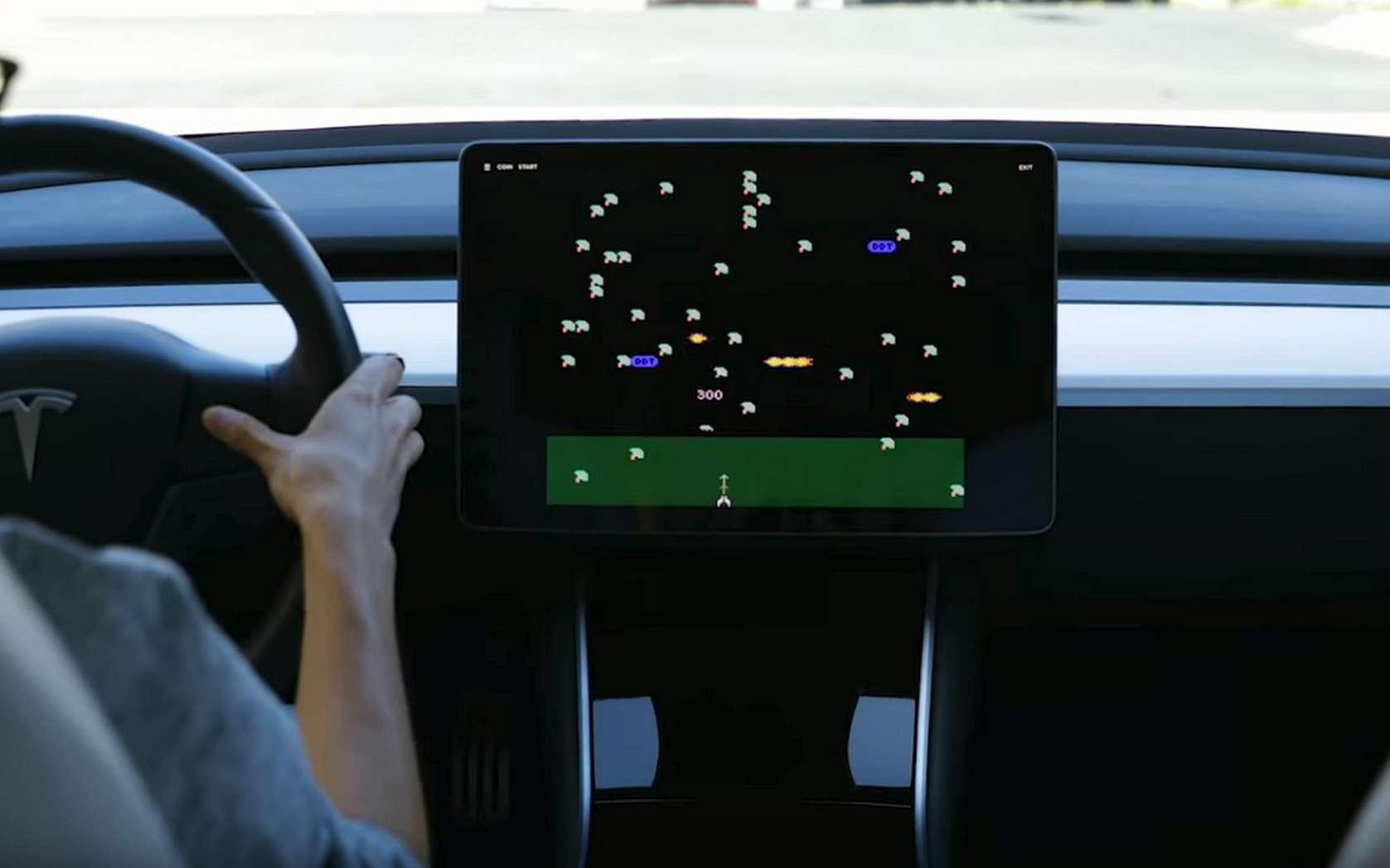 La Tesla peut se transformer en borne d'arcade Atari rétro. © Tesla