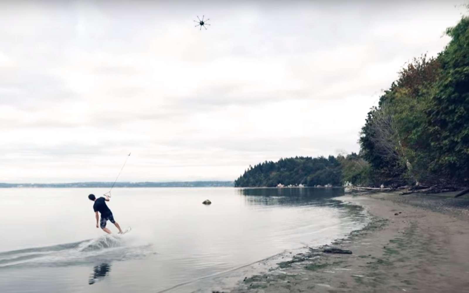 Le concept d'un drone tractant un adepte de sport de glisse n'est pas nouveau. Voici l'exemple de Freefly avec un rider tiré par un énorme drone. © Freefly Sys/YouTube