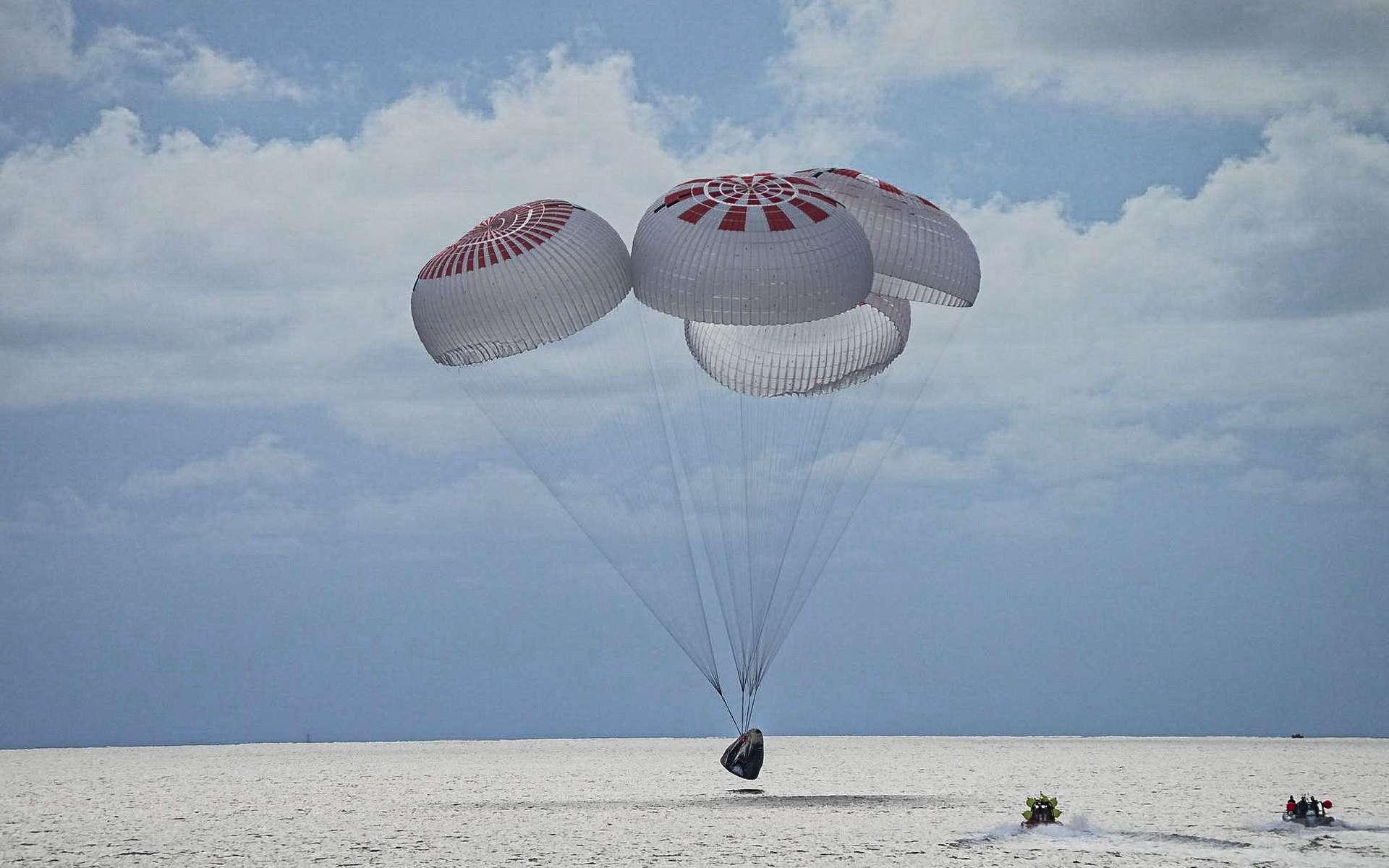 Les « spatiotouristes » d'Inspiration4 à bord du Crew Dragon de SpaceX sont revenus sur Terre sans encombre. © SpaceX