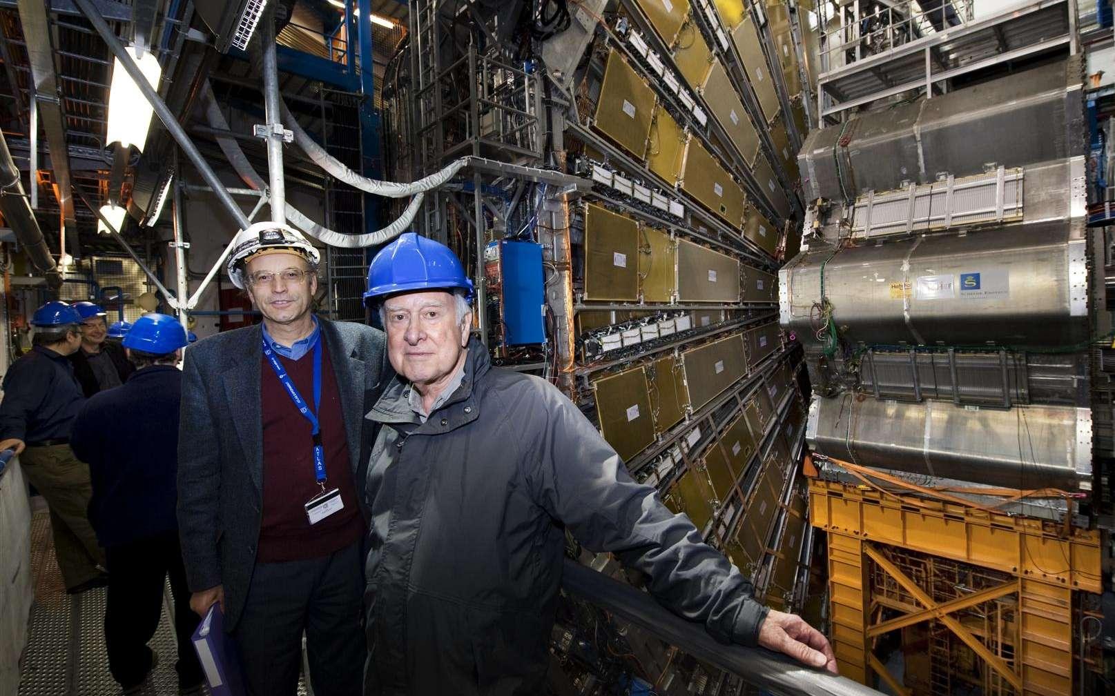 Peter Higgs visitant Atlas. Crédit : Cern