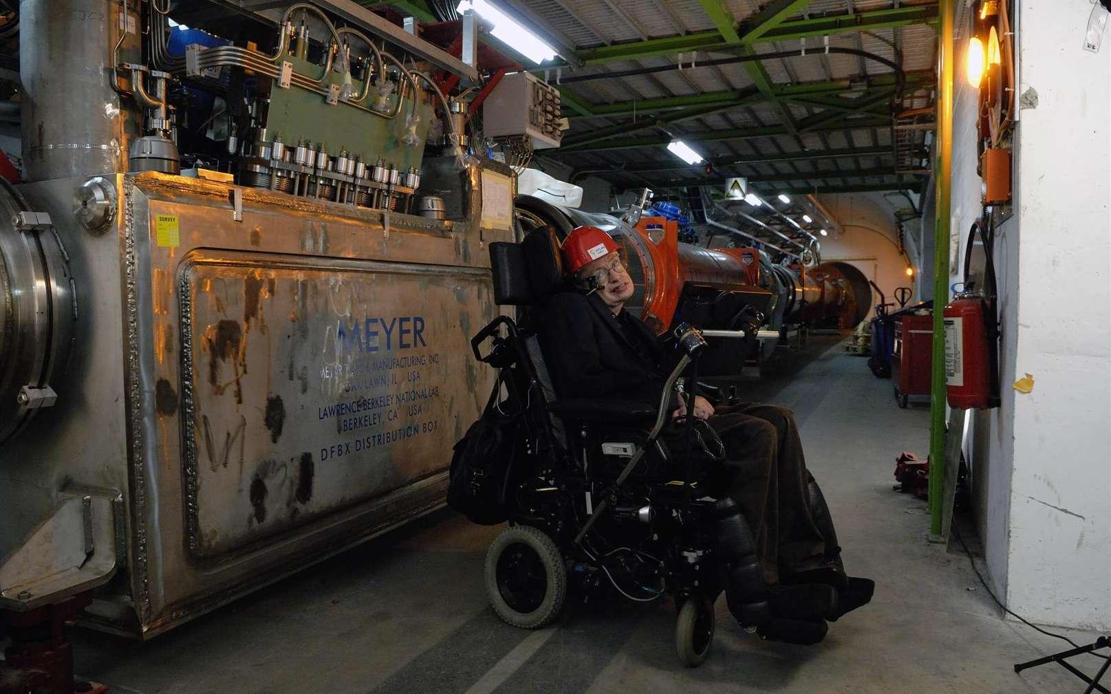 Stephen Hawking visite le LHC. Crédit : Cern