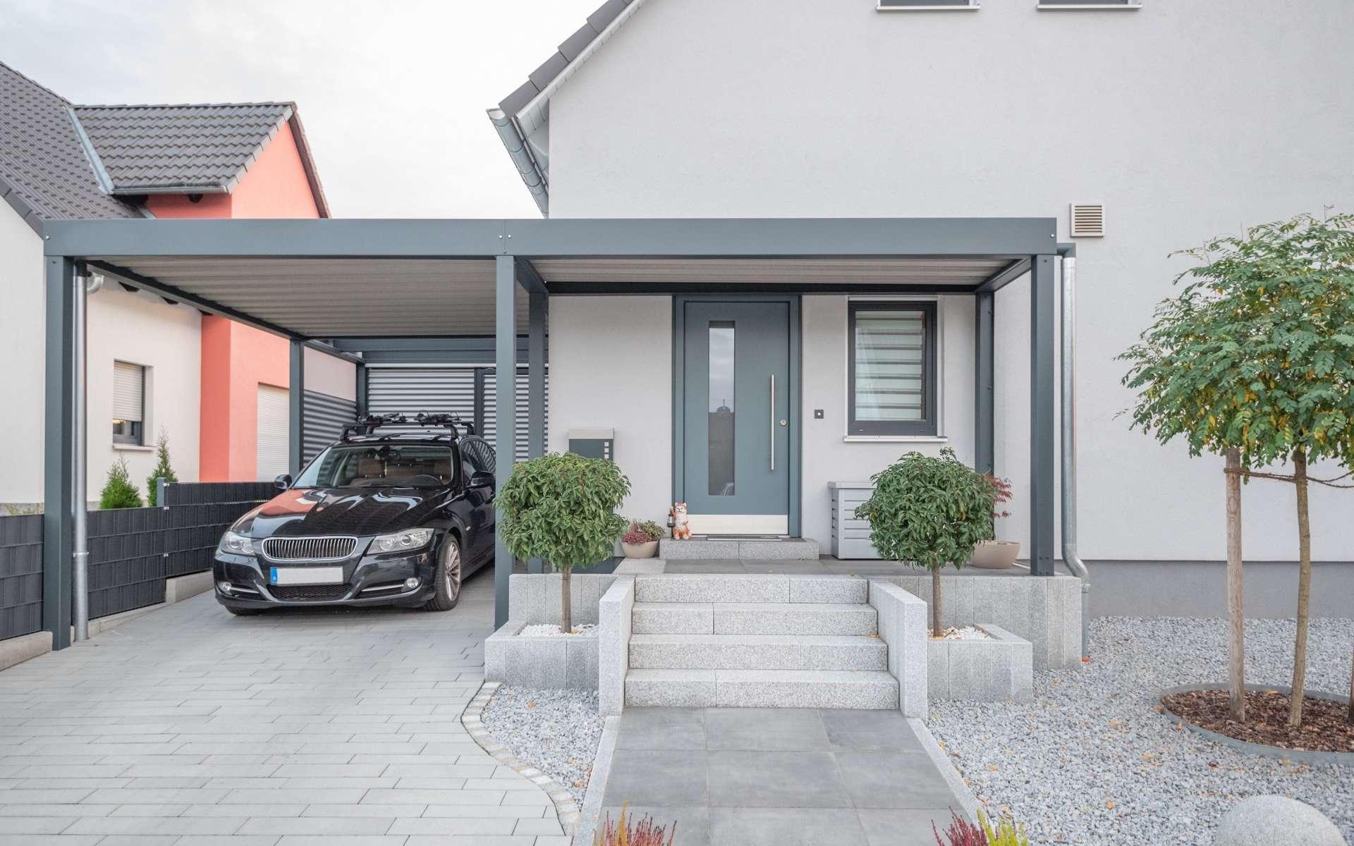 Le carport, la solution avantageuse pour abriter son véhicule. © schulzfoto, Adobe Stock