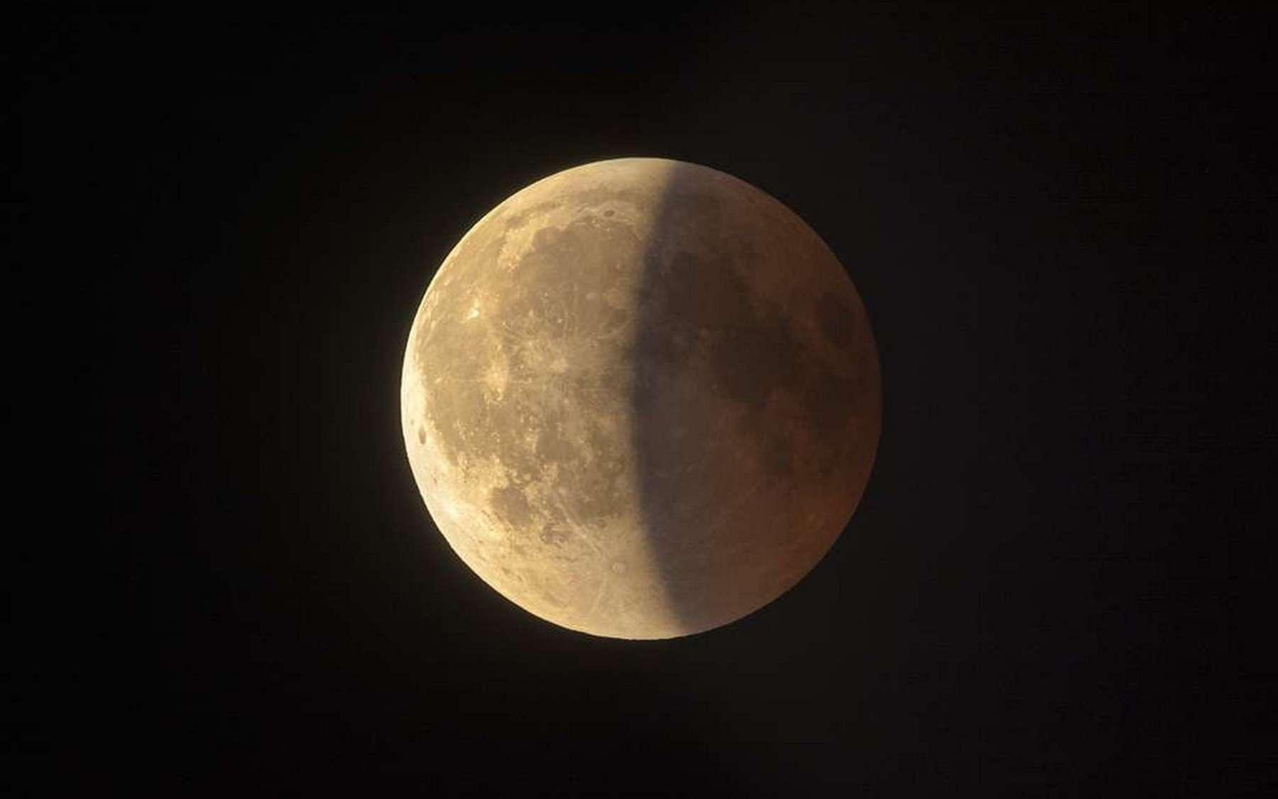 La fin de l'éclipse de Lune du 27 juillet 2018, photographiée à Colli di San Fermo, au nord de l'Italie. © Antonio Finazzi, Spaceweather