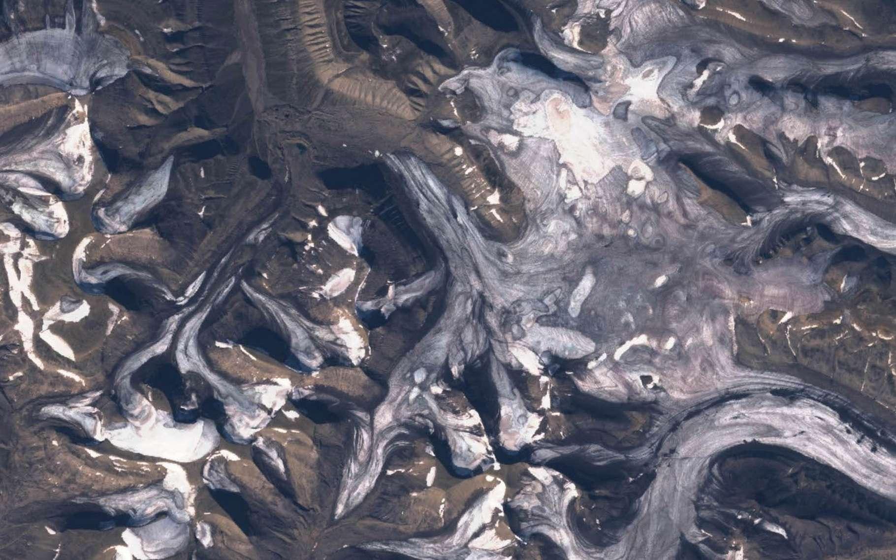 Les glaciers du Svalbard, en été, couverts de noir de carbone. © Heidi Sevestre, Climate Sentinels