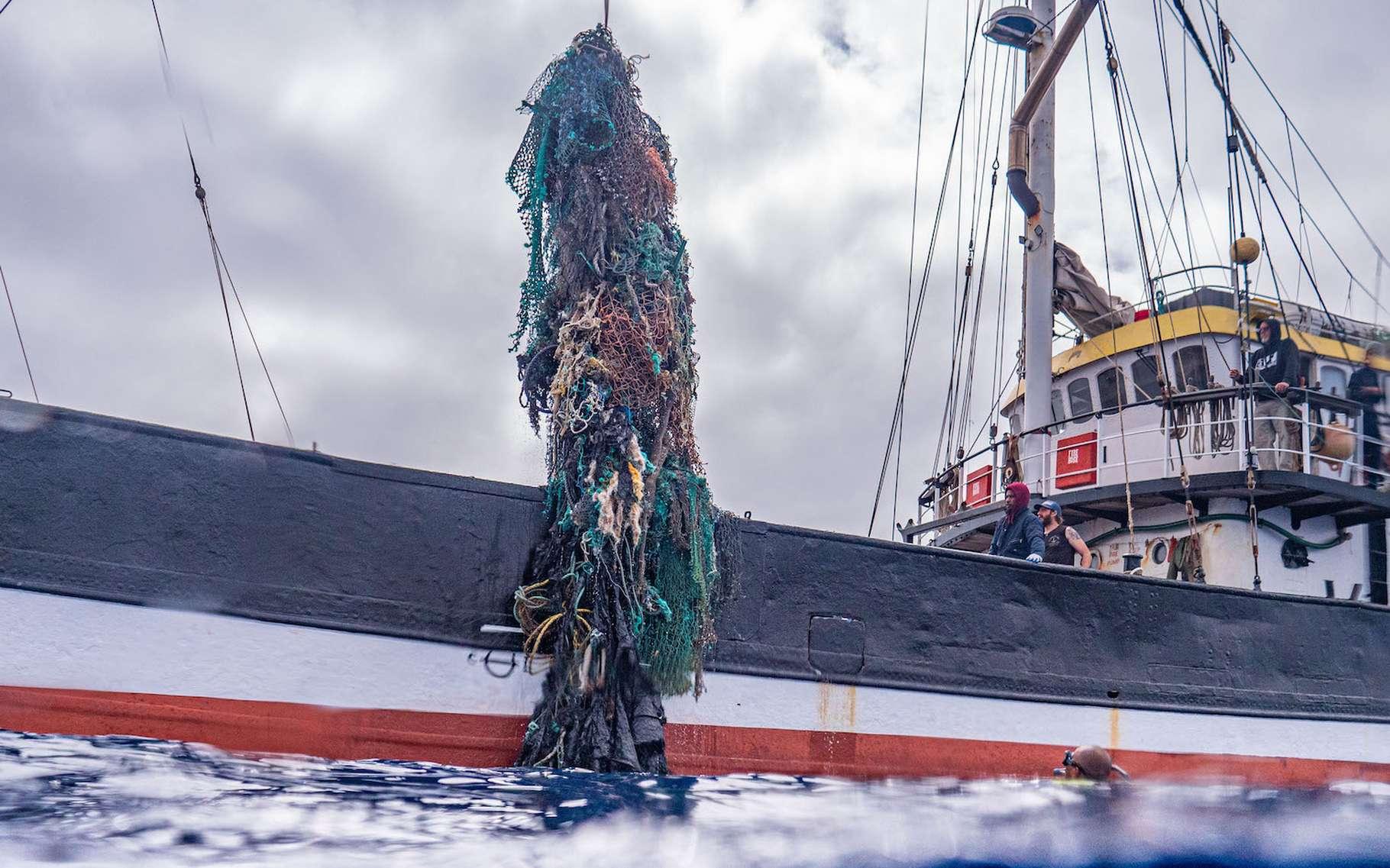 Après une sortie en mer de 48 jours, le navire de l'Ocean Voyages Institute est rentré au port avec une prise de pas moins de 100 tonnes de déchets plastiques. © Ocean Voyages Institute