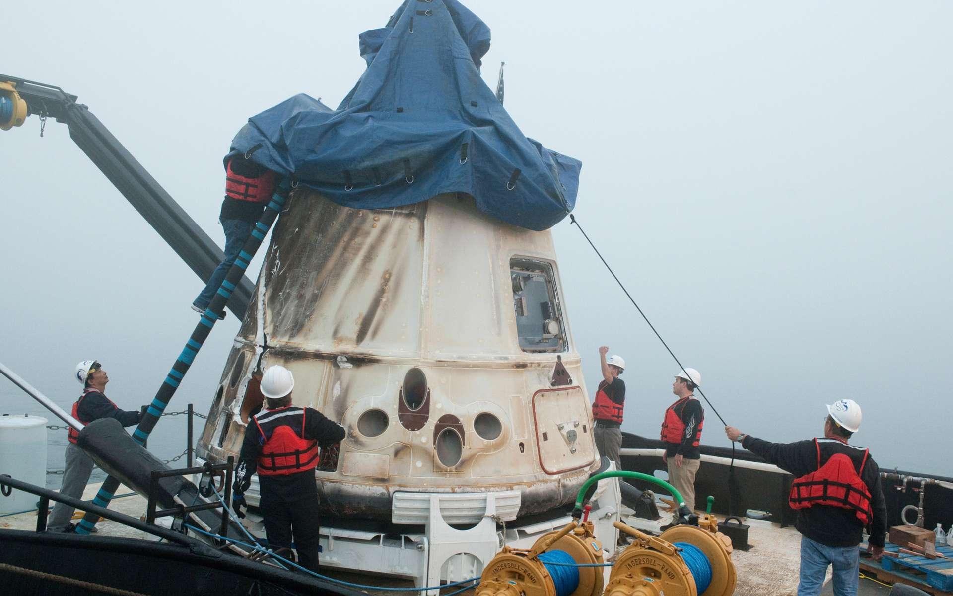 Malgré un incident au décollage, la première mission commerciale privée de l'histoire se solde par un succès. La capsule Dragon est retournée sur Terre en sécurité en amerrissant au large des côtes californiennes avant d'être récupérée par les équipes de la Nasa et de SpaceX. © Nasa