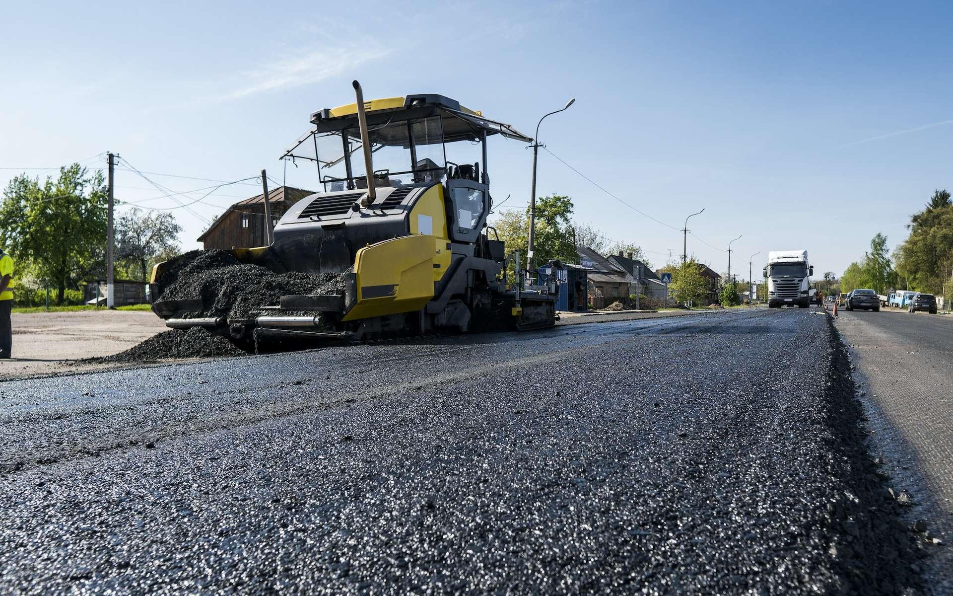 Le bitume et le goudron sont utilisés comme liant dans les enrobés routiers. © Volodymyr, Adobe Stock