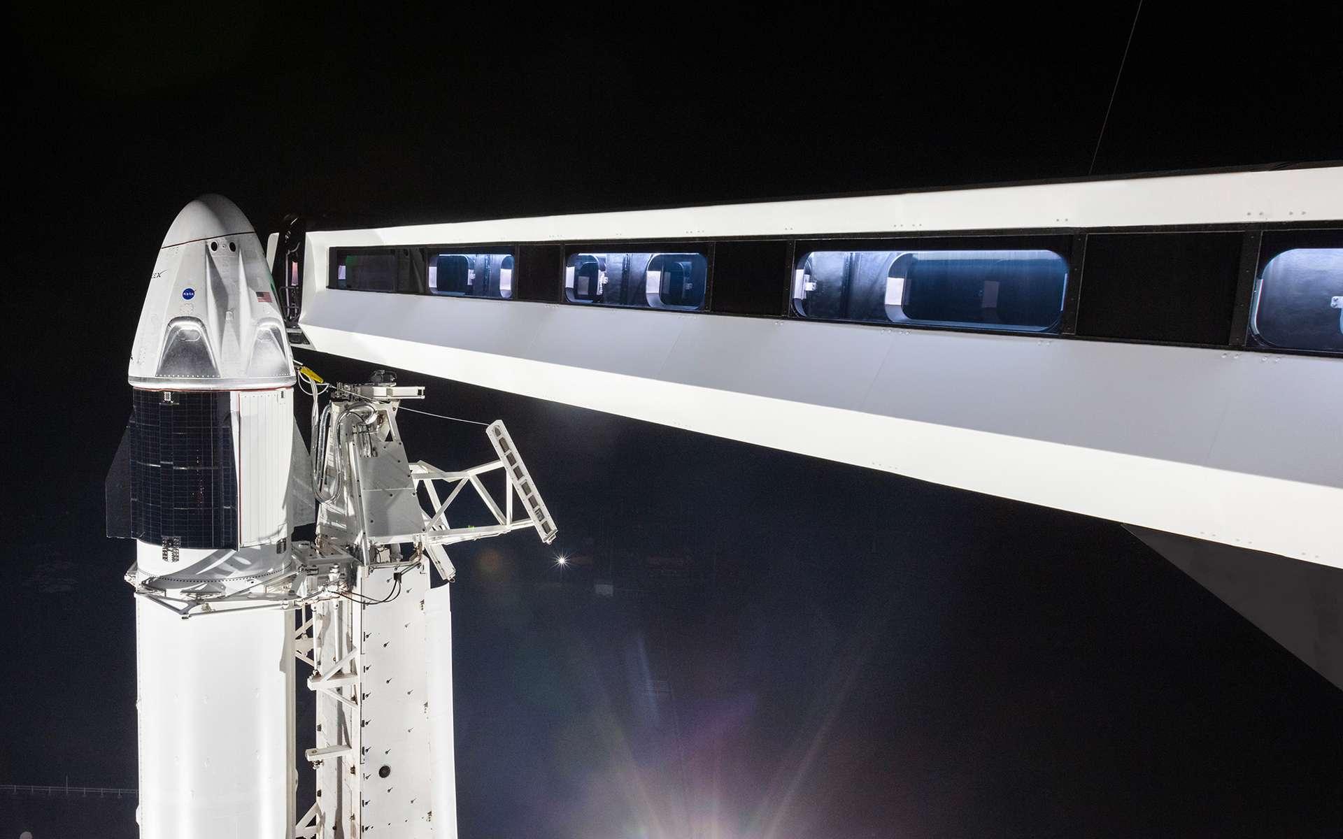 La capsule Crew Dragon lors de son vol de démonstration (mars 2019). Elle est ici vue sur son pas de tir du Centre spatial Kennedy, installée sur un lanceur Falcon 9. © SpaceX