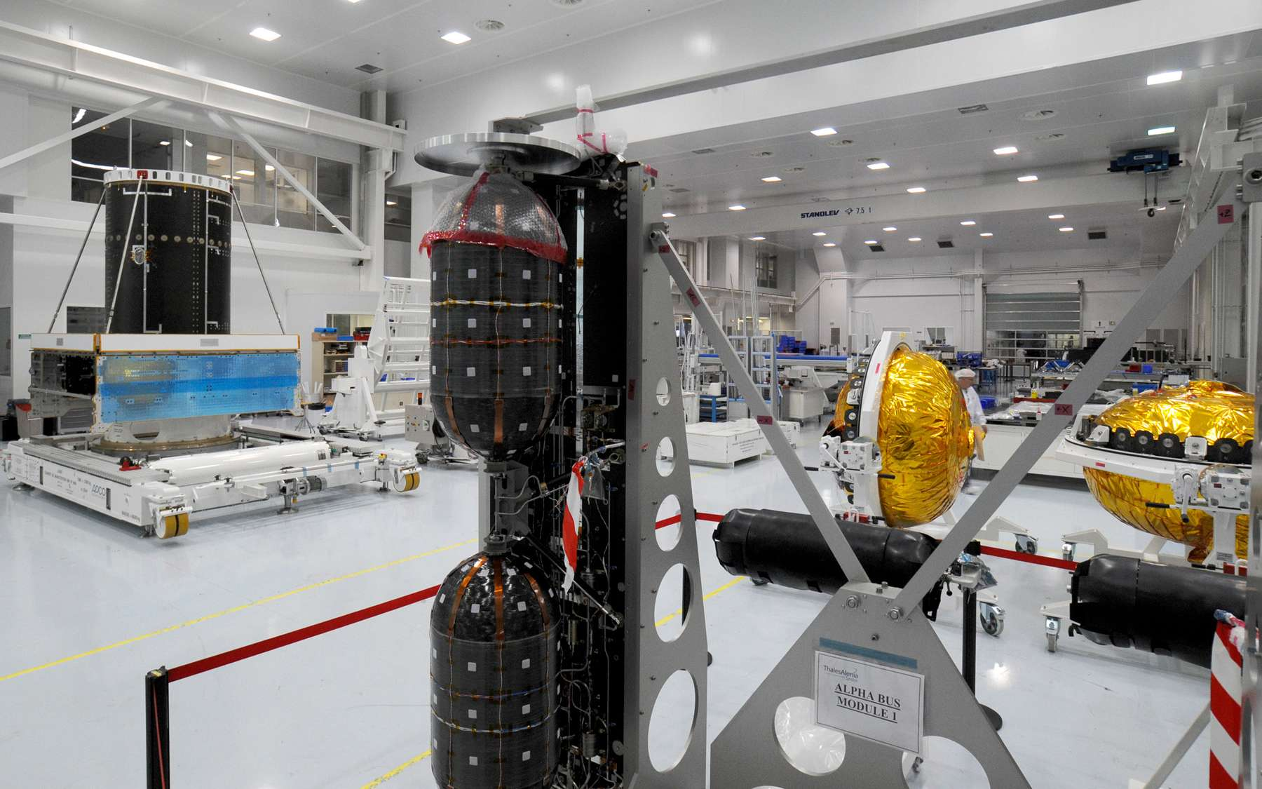 Le module de service d'Alphabus d'Alphasat I-XL avec au premier plan les deux reservoirs longilignes noirs d'helium et les deux gros reservoirs d'ergols. Crédit Thales Alenia Space