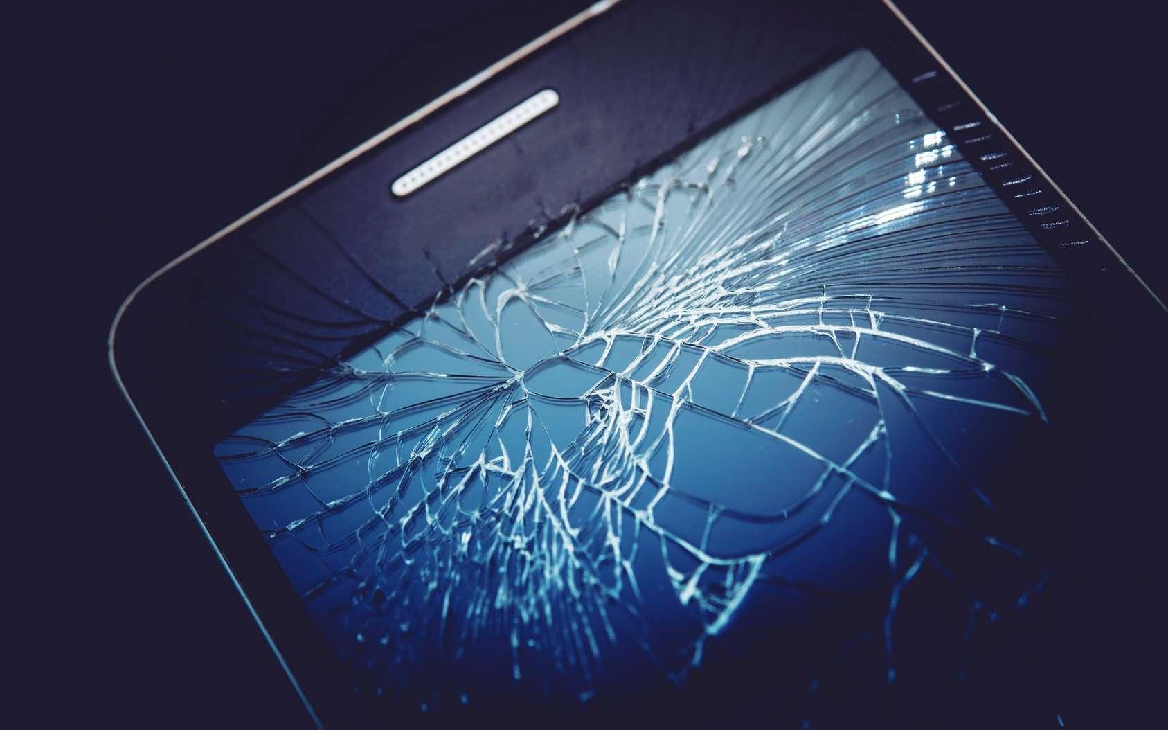 Et si les écrans des smartphones se réparaient tout seuls ? Les smartphones à écrans sans bordures, à l'instar de l'iPhone X ou du Samsung Galaxy S8, sont la grande tendance actuelle. Mais ils sont extrêmement fragiles et très chers à réparer. © Tomasz Zajda, Fotolia
