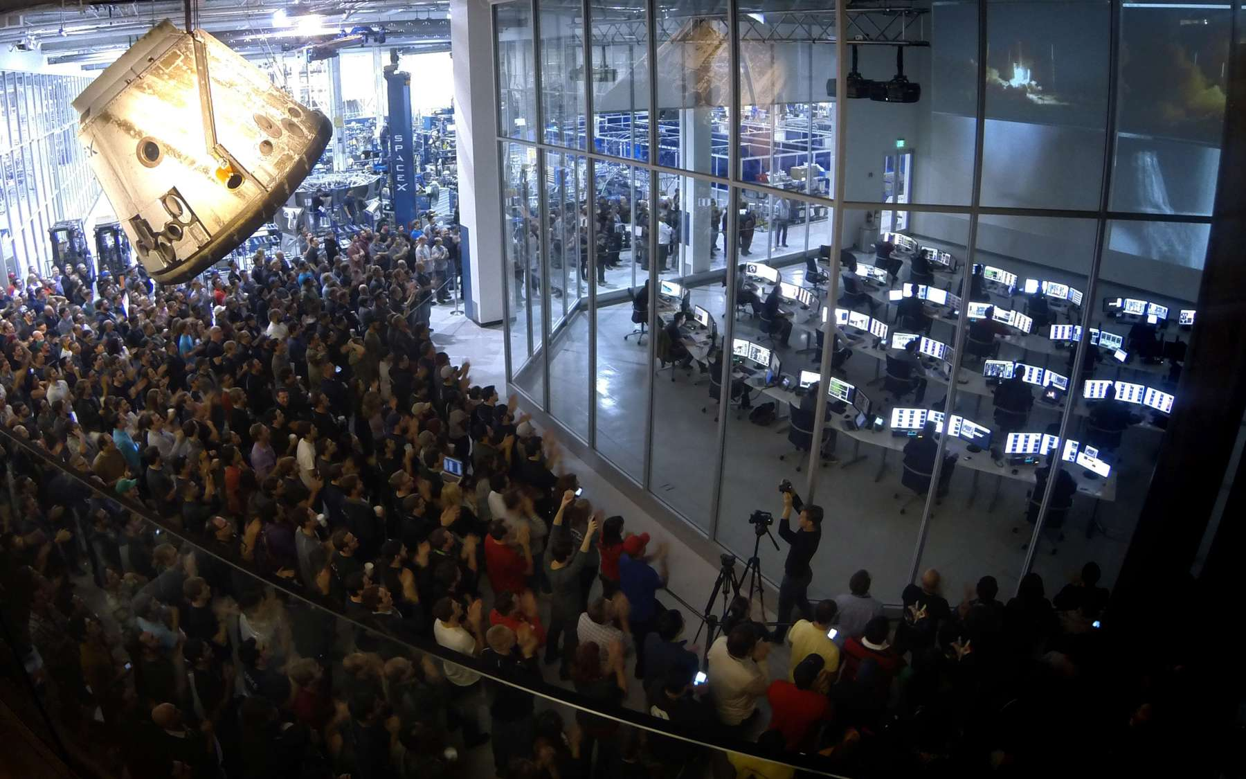 Le quartier général de SpaceX avec sa salle de contrôle à Hawthorne, en Californie. La société a mis notamment le développement d'un lanceur lourd et le vol habité à son programme pour 2014. © SpaceX