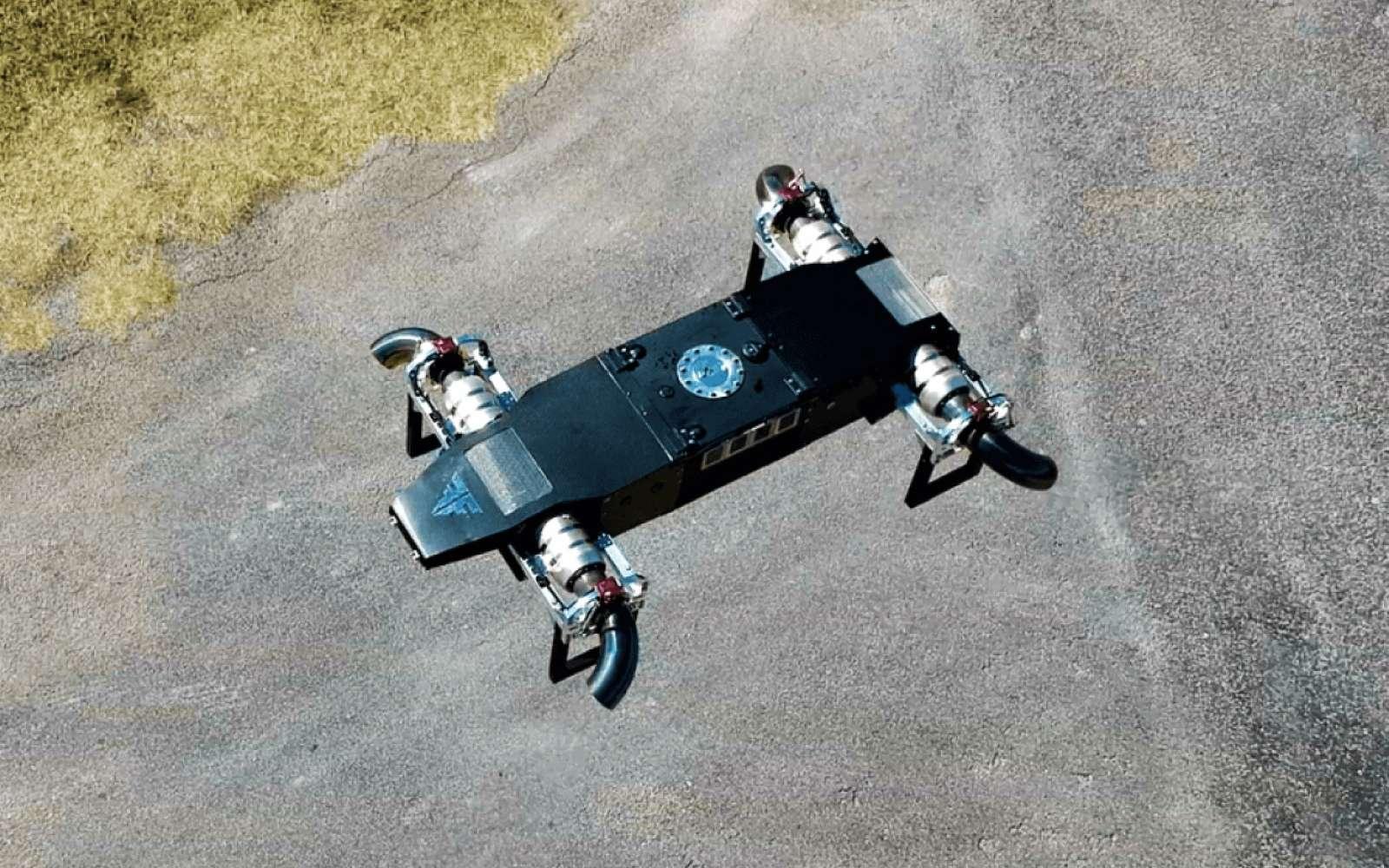 Avec le drone à réaction JetQuad AB5 les avantages sont certains pour les militaires ou les secours. Le drone peut arriver très vite sur site. Le carburant délivre 40 fois plus d'énergie qu'une batterie au lithium et le plein ne prend que quelques minutes au lieu des heures nécessaires pour recharger un drone électrique. © FusionFlight