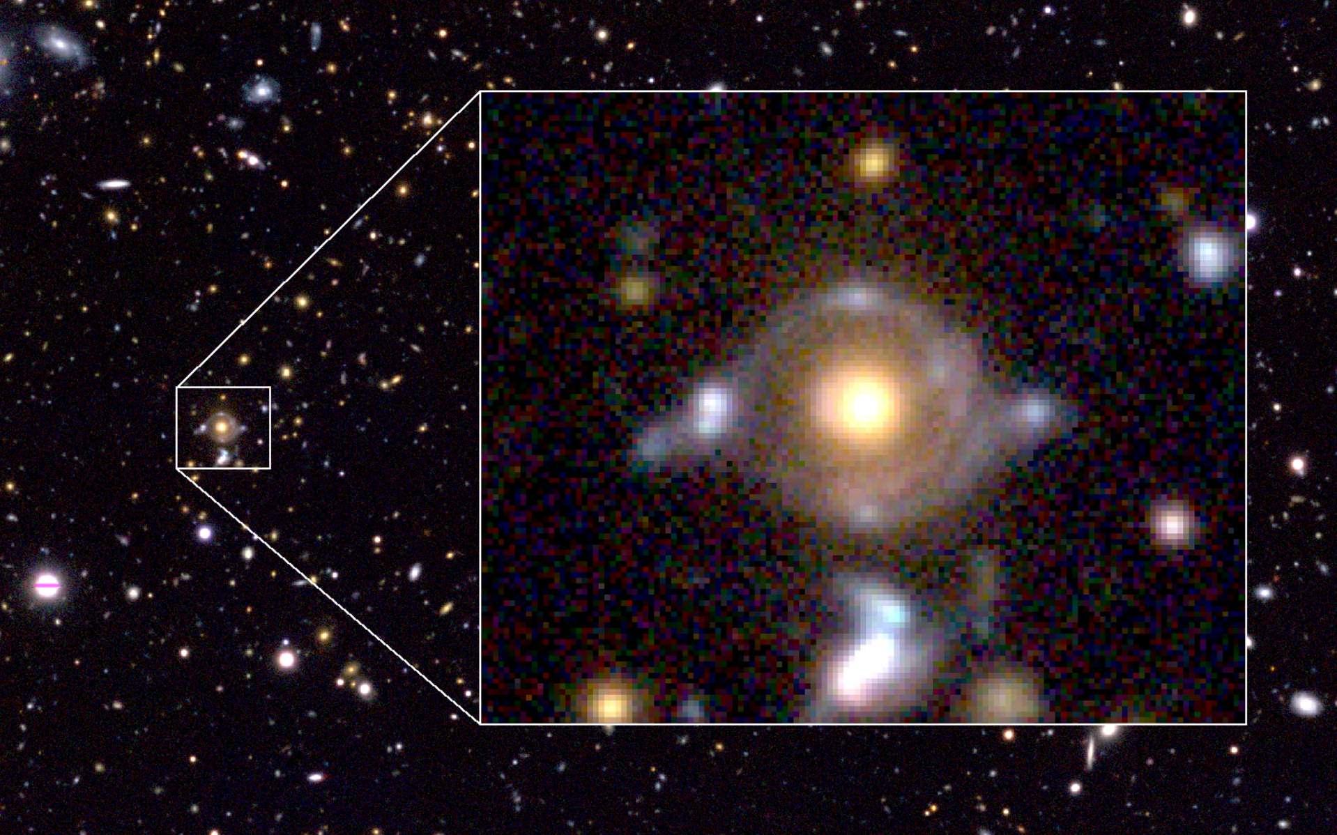 La ressemblance entre l'effet de lentille gravitationnelle fort à l'origine des arcs visibles sur cette image et le symbole égyptien de l'œil d'Horus est frappante. Elle a été prise avec le télescope japonais Subaru. © NAOJ