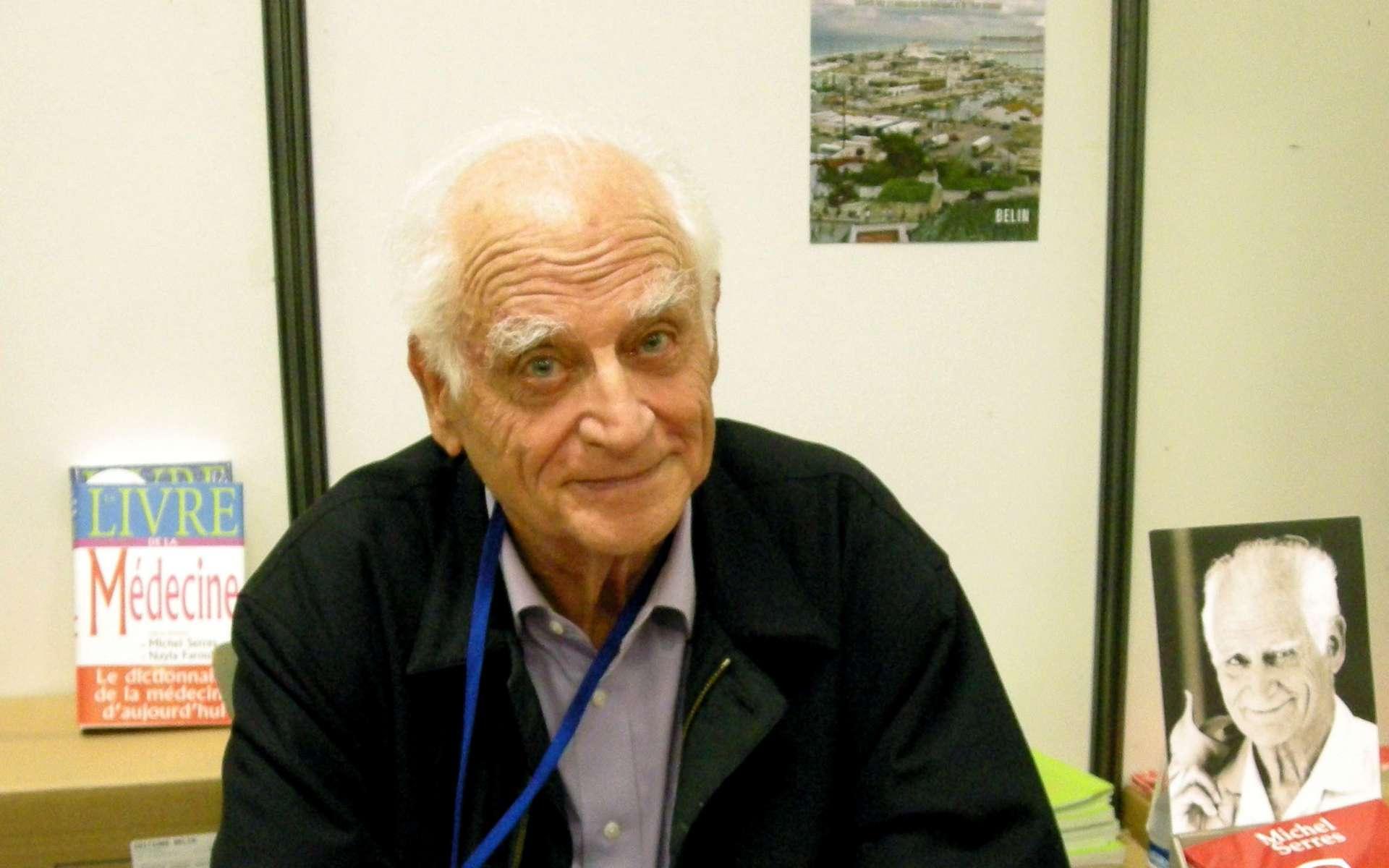 Une photographie de Michel Serres en 2008 lors d'une séance dédicace. © Ji-Elle, DP, Wikipédia