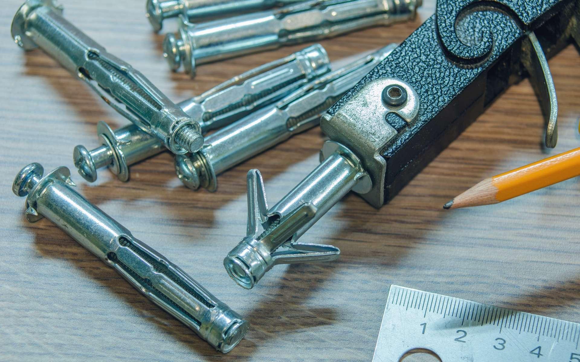 Largement utilisées pour suspendre des objets sur une cloison en plaque de plâtre, les chevilles métalliques à expansion de type « Molly » sont compatibles avec les matériaux creux comme le parpaing, la brique. © Serge0506, Adobe Stock