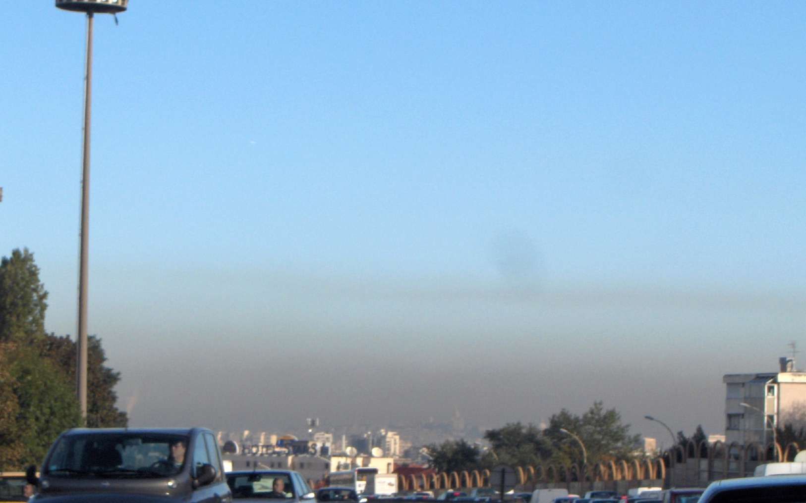 Les épisodes de pollution à l'ozone sont fréquents à Paris. Lorsqu'un événement survient, les personnes fragiles doivent éviter les activités physiques intenses. Les PM10 pénètrent dans le système respiratoire et peuvent causer des troubles cardiovasculaires. © Céréales Killer, Wikimedia Commons, GNU 1.2