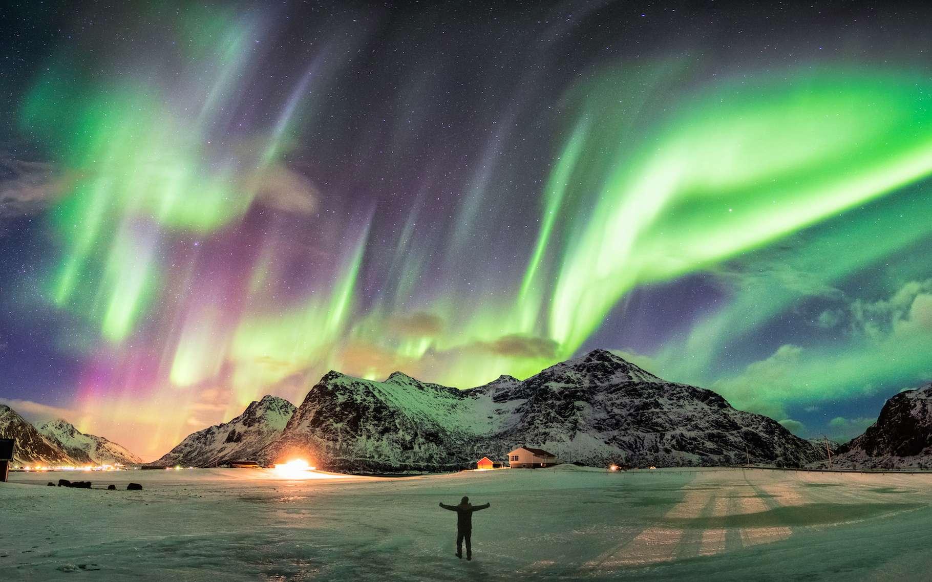 Les aurores boréales ont toujours fait lever les yeux des Hommes au ciel. Les astronomes savent qu'elles naissent de particules soufflées jusqu'à la Terre par les tempêtes solaires. Mais les mécanismes qui se cachent derrière restent difficiles à élucider. Aujourd'hui, des chercheurs ont pour la première fois réussi à mesurer en laboratoire l'un des processus soupçonnés. © mumemories, Adobe Stock