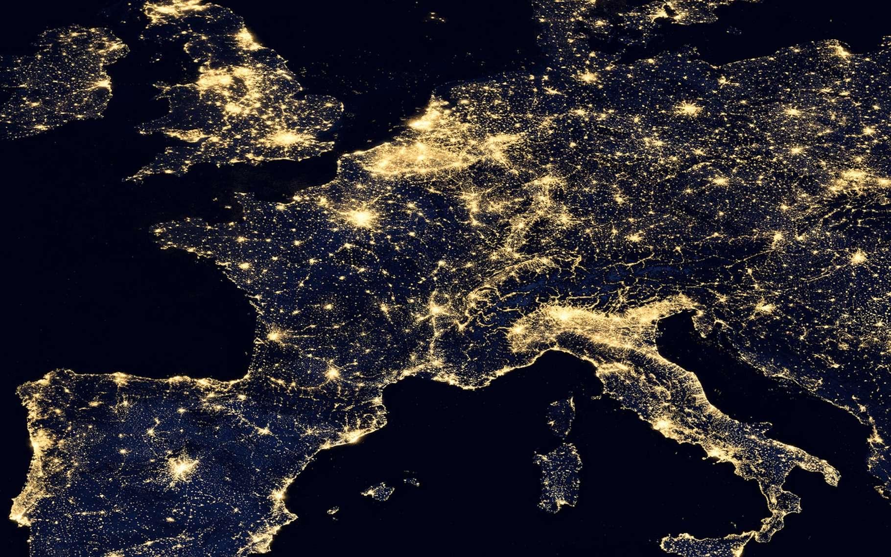 Alors que l'adoption de la technologie LED devait conduire à des éclairages de nuit plus raisonnés, la pollution lumineuse semble bien s'accroître un peu partout dans le monde. © nasa_gallery, Fotolia