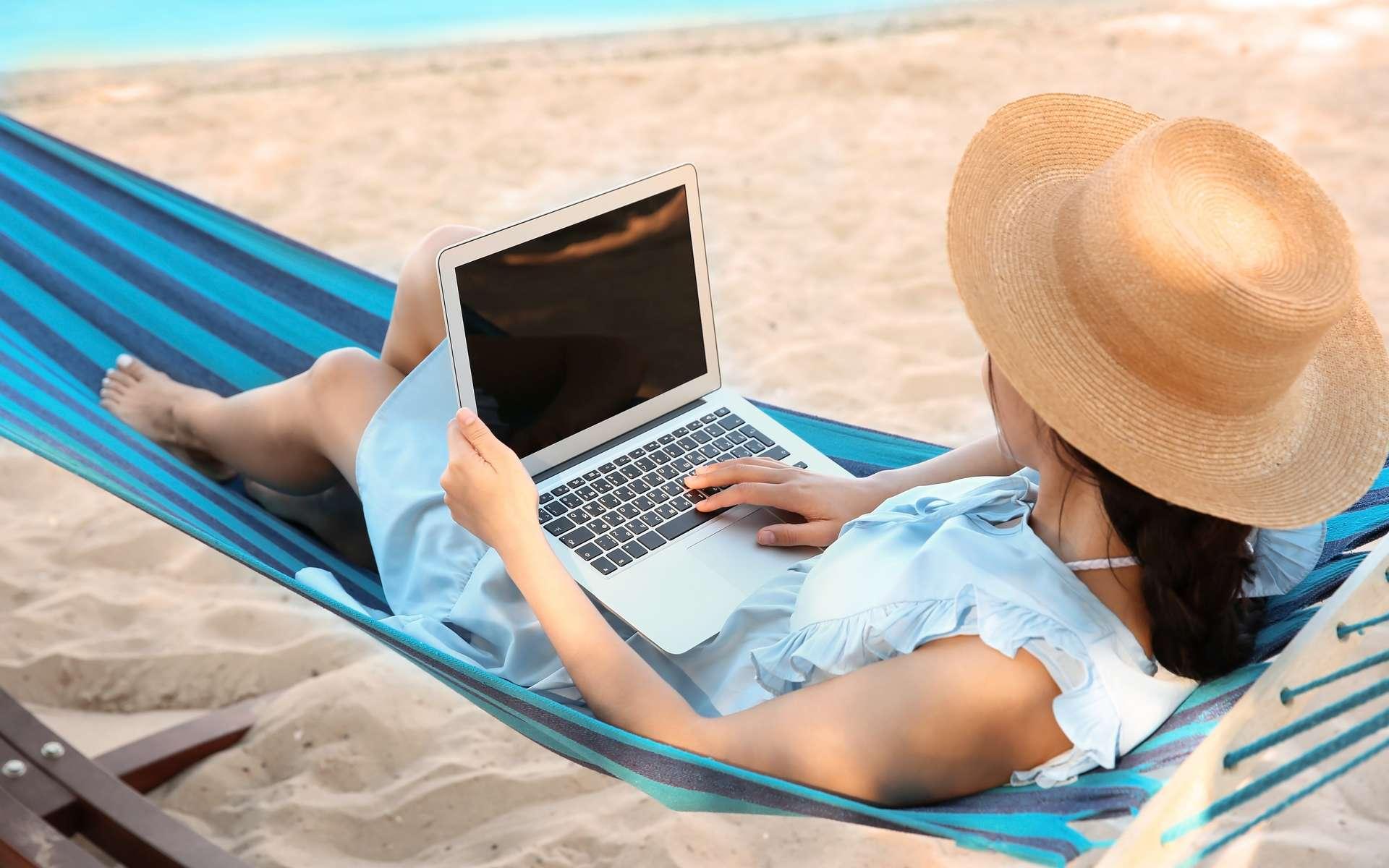 L'utilisation d'un VPN s'avère utile lors d'une connexion wifi dans un lieu public. © New Africa, Adobe Stock