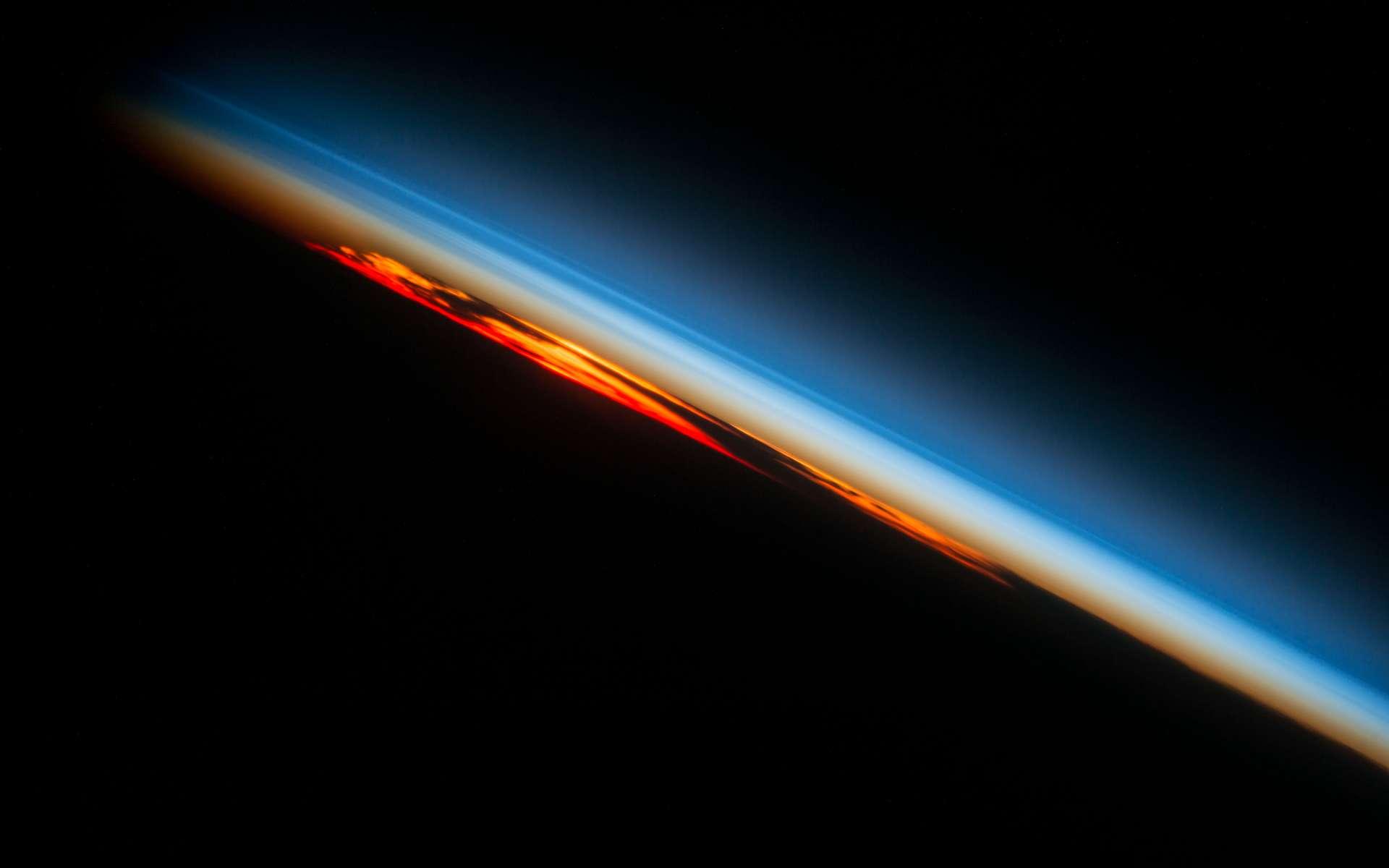 Coucher du Soleil au-dessus de l'Atlantique sud, photographié le 27 octobre 2016. © Nasa