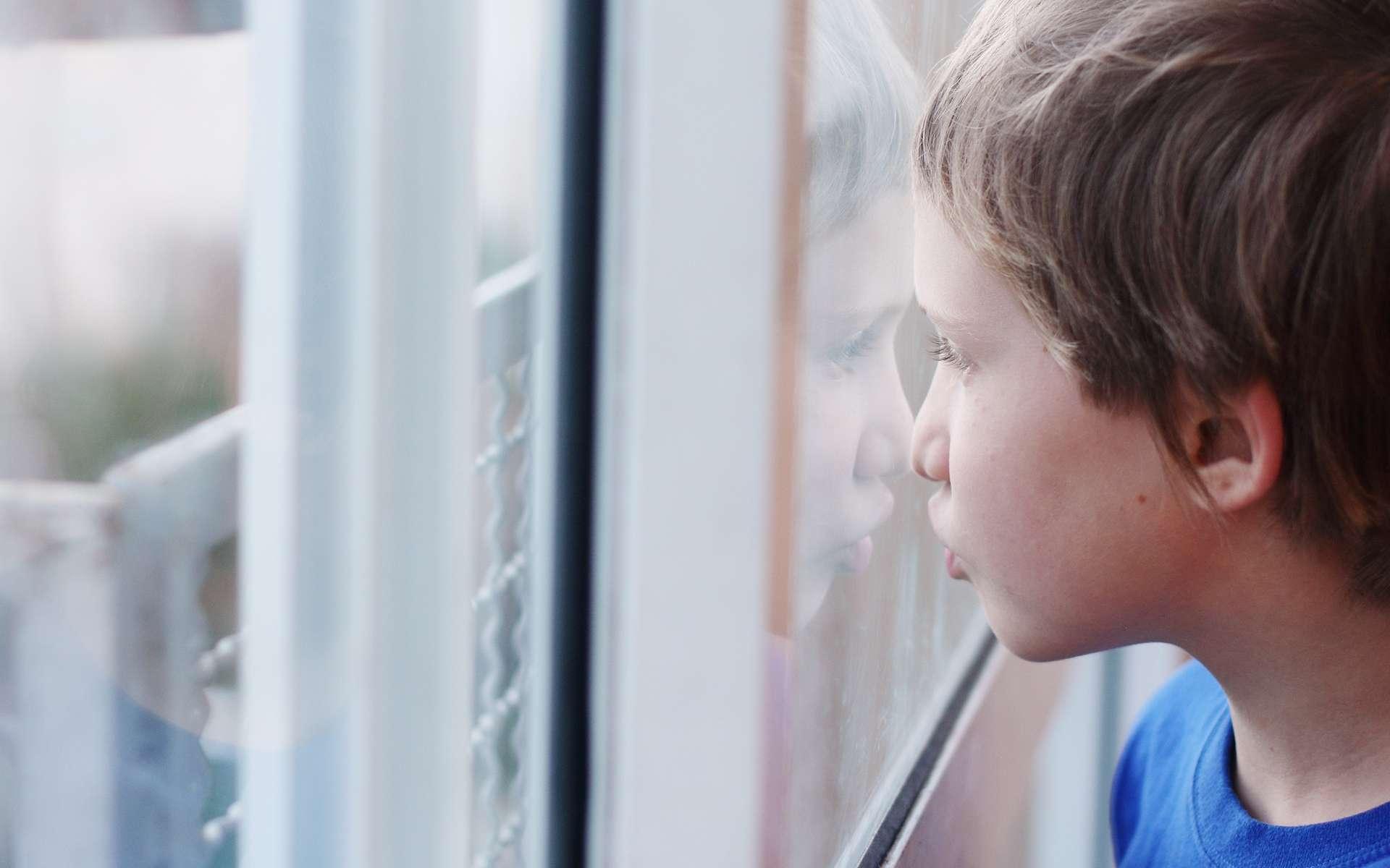 Les enfants atteints du syndrome d'Asperger n'ont pas de retard mental mais rencontrent des difficultés à vivre normalement en société. © Dubova, Shutterstock