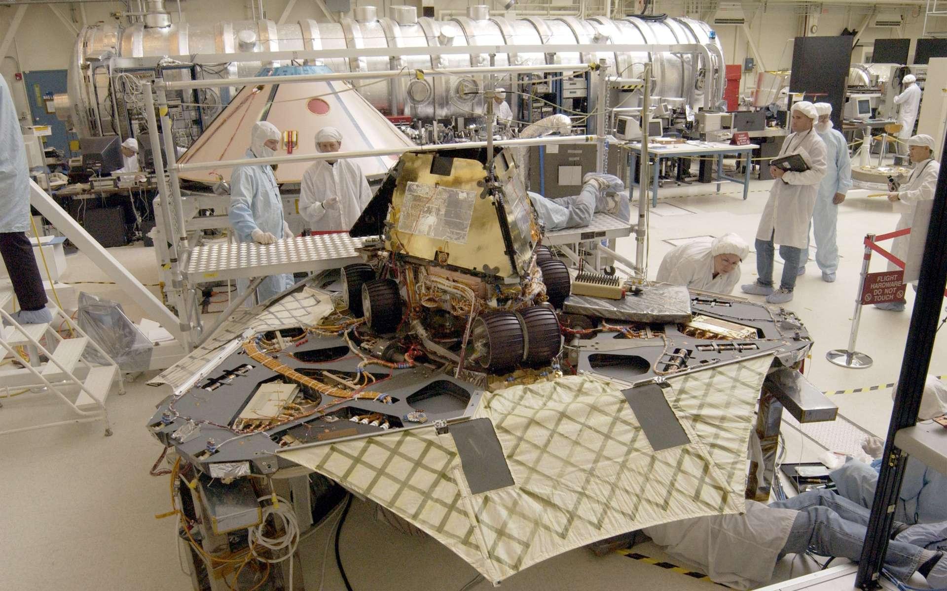 Opportunity, ici sur sa plate-forme d'atterrissage, est l'un des deux rovers de la mission MER (Mars Exploration Rover). Cette mission a été lancée par la Nasa en réponse aux échecs de l'atterrissage de Mars Polar Lander (1999) et de la mise en orbite de Mars Observer (1993). © Nasa, JPL