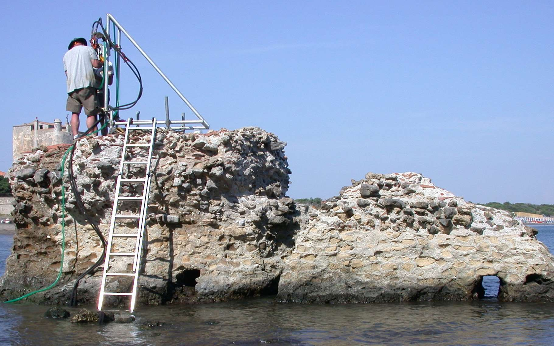 Des chercheurs de l'université de l'Utah ont percé le secret de l'incroyable résistance du béton romain : la croissance de minéraux entrelacés sous l'effet de l'eau de mer. © J. P. Oleson, université de l'Utah