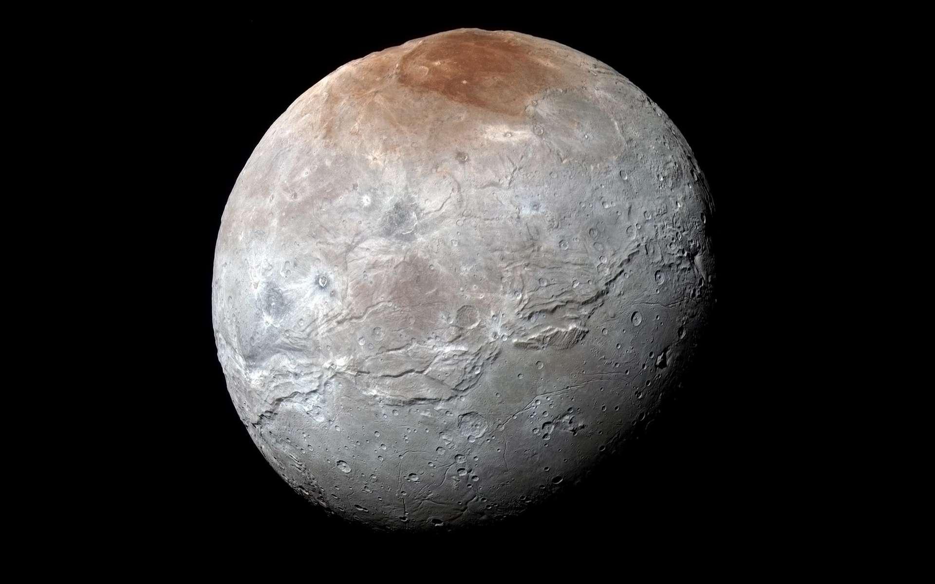 La sonde New Horizons a survolé Charon, la plus grosse lune de Pluton, en 2015 et en a dévoilé le visage balafré et cratérisé, surmonté d'un pôle nord aux teintes rougeâtres. © Nasa/JHUAPL/SwRI