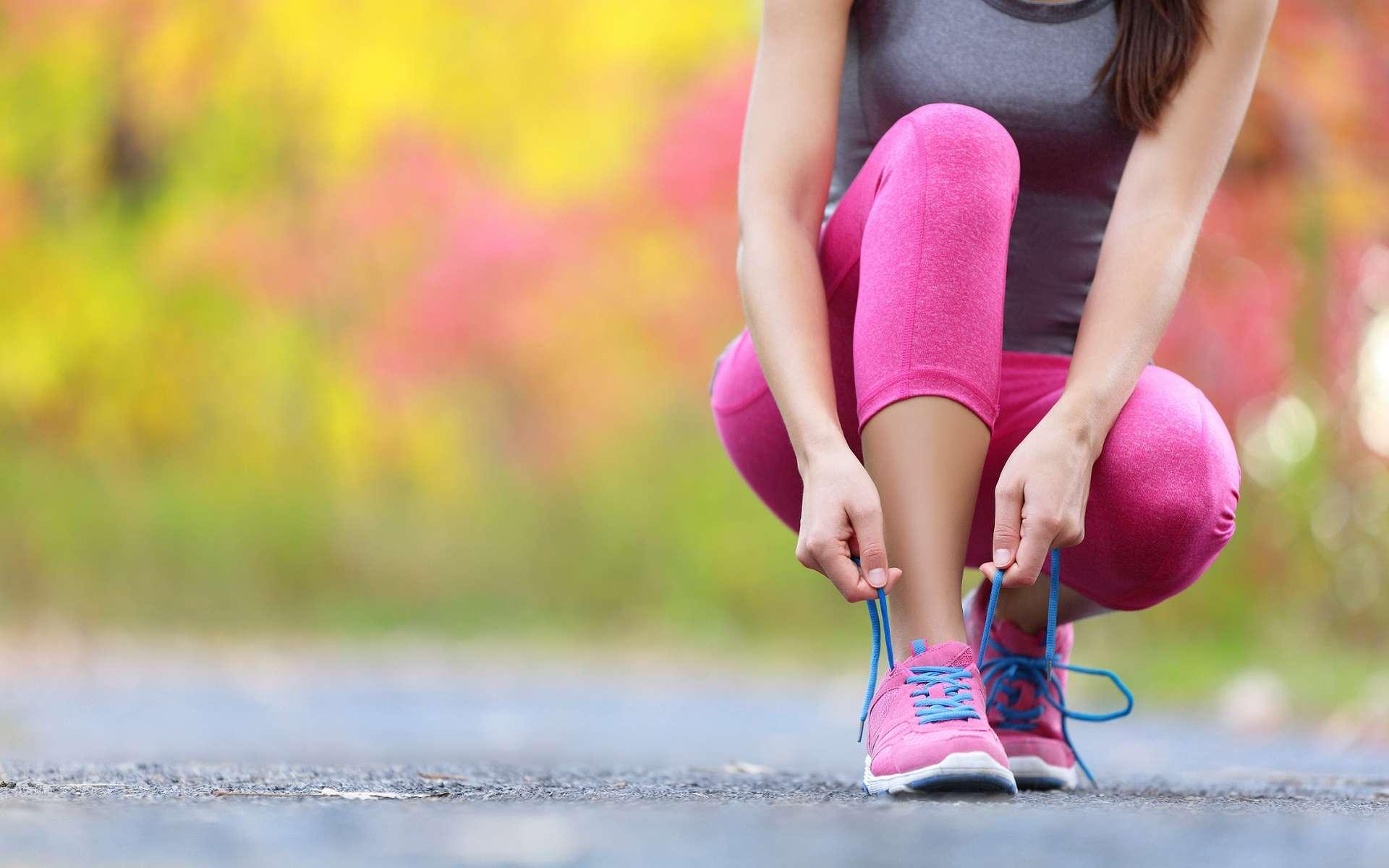 Les chaussures amortissent les chocs mais, du coup, les pieds restituent moins d'énergie pour rebondir et les muscles du pied travaillent plus. © Maridav, Shutterstock
