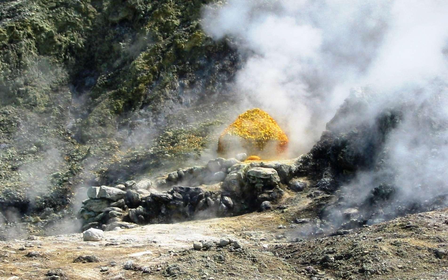 De nombreux phénomènes hydrothermaux, comme la présence de fumerolles et de sources chaudes, traduisent l'origine volcanique des champs phlégréens. © Donar Reiskoffer, Wikimedia common, CC by-sa 3.0