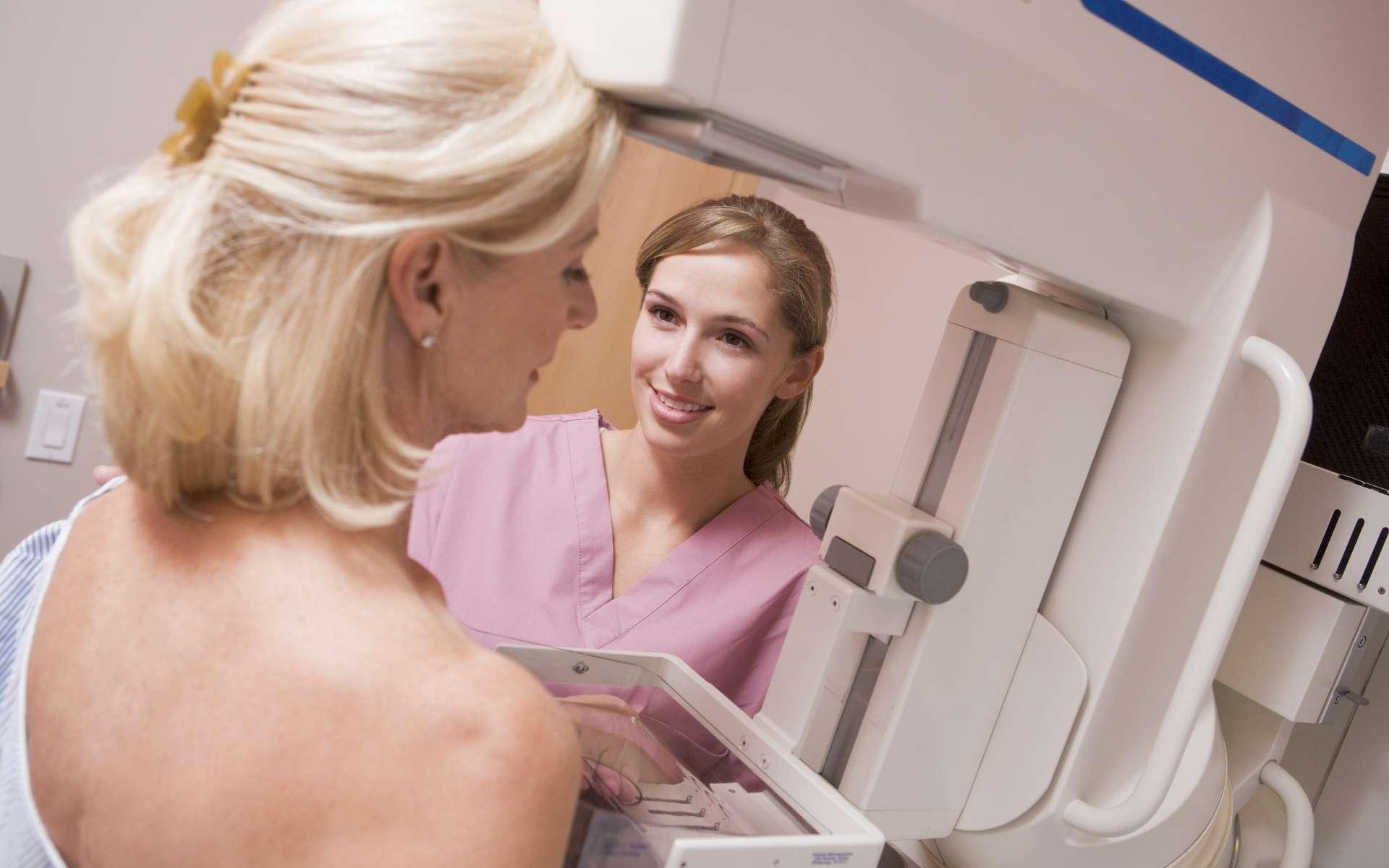 Pour des images de qualité en mammographie, il faut comprimer le sein. © Monkey Business/Fotolia