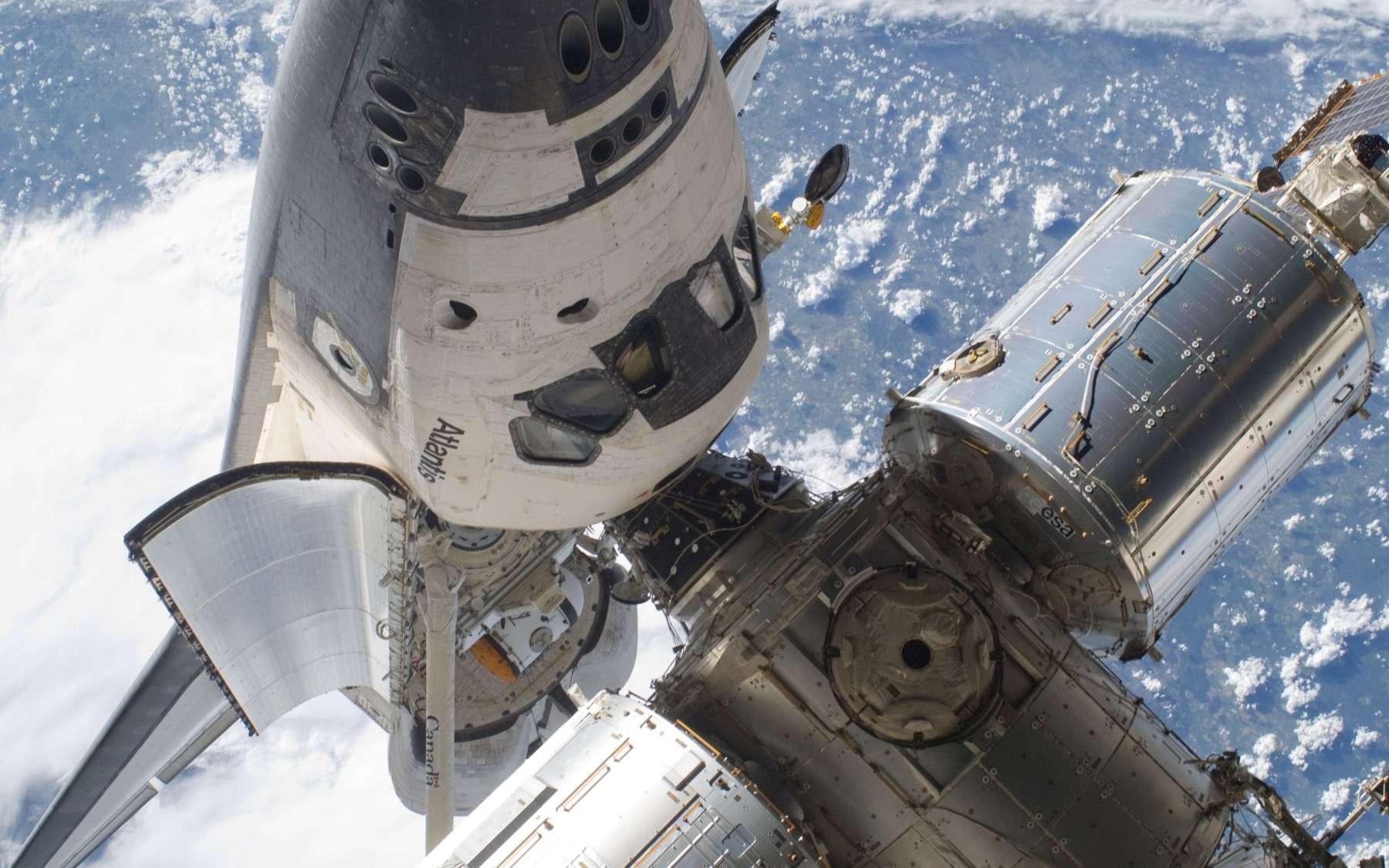 Le port d'amarrage principal sera situé sur le module Harmony de l'ISS. Sur cette image, la navette Atlantis, dont le programme a pris fin en 2011, est située à l'emplacement des futurs véhicules privés de transport habité. © Nasa