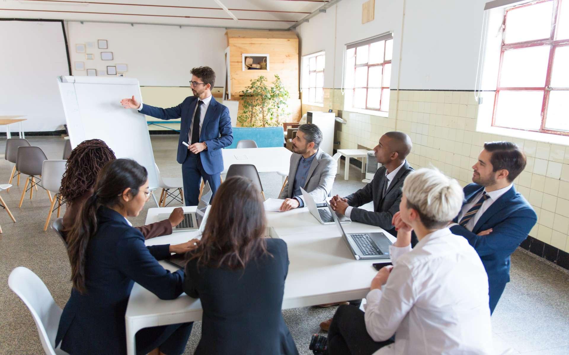 Suivre une formation CPF peut se faire en entreprise ou en centres agréés, en groupe ou individuellement. © Mangostar, Adobe Stock