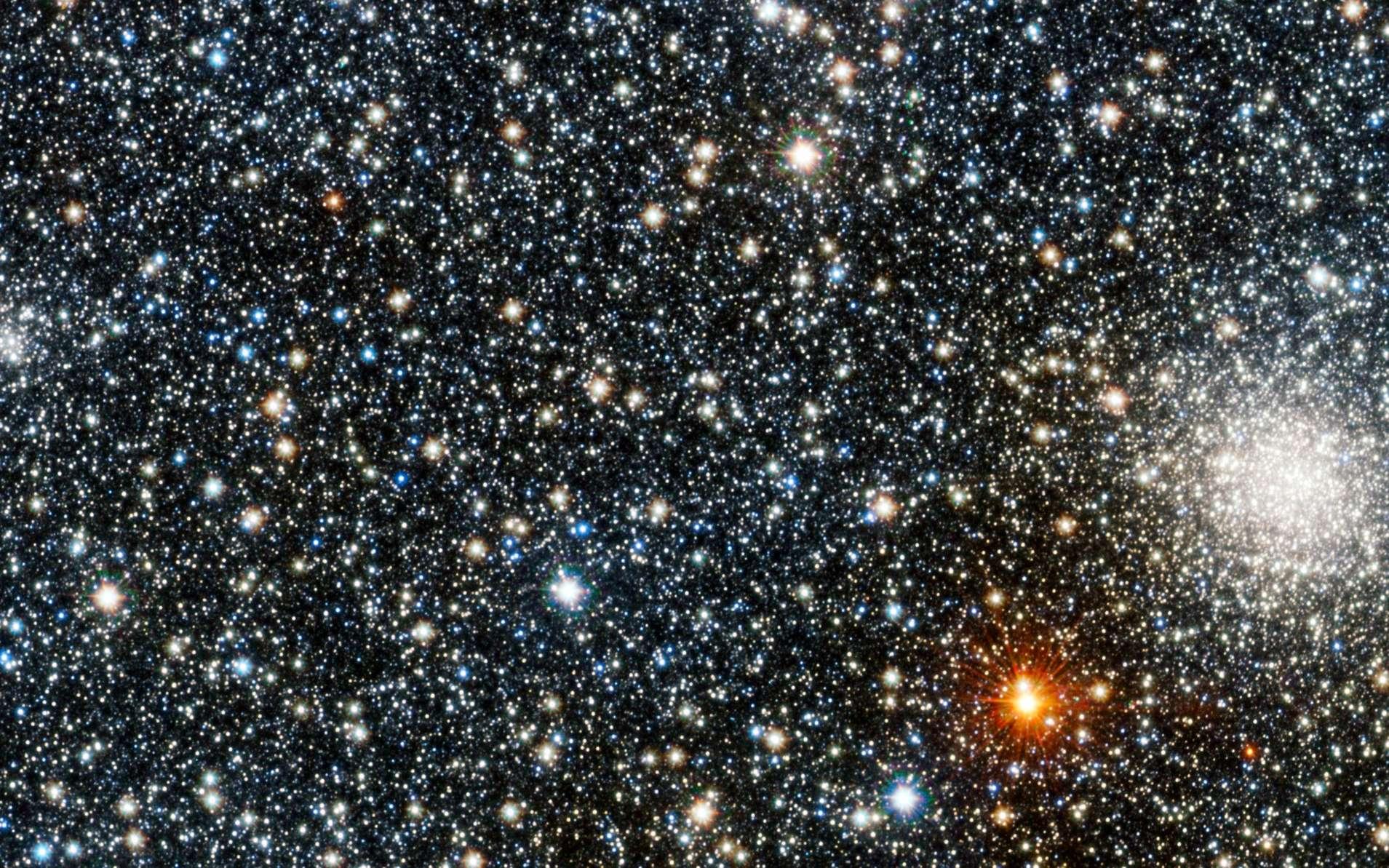 L'amas globulaire VVV CL001 se laisse deviner à gauche de l'amas UKS 1, bien plus brillant sur cette image en fausses couleurs. © ESO/D. Minniti/VVV Team