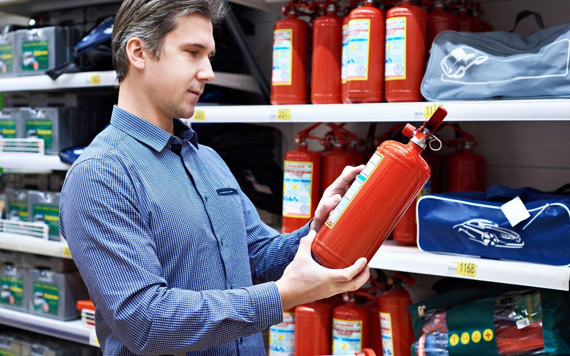 Dans le choix d'un extincteur, il faut aussi tenir compte du poids de façon à le transporter facilement. © Sergey Ryzhov, Fotolia