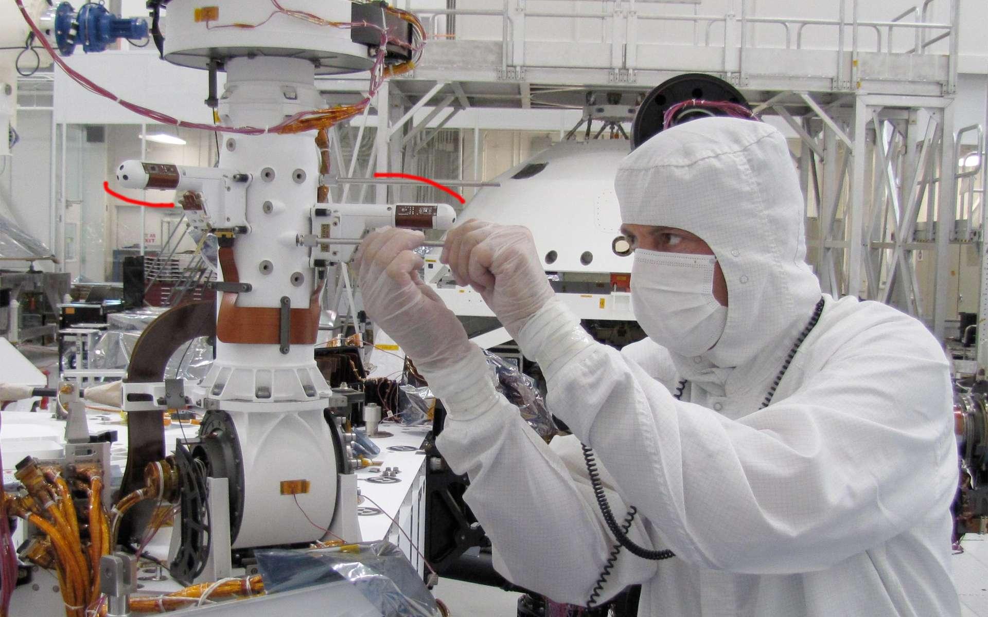 Installation sur le mât du rover Curiosity de deux capteurs de la station météorologique Rems (Rover Environmental Monitoring Station). D'autres capteurs sont installés sur la plateforme du rover. © Nasa/JPL-Caltech