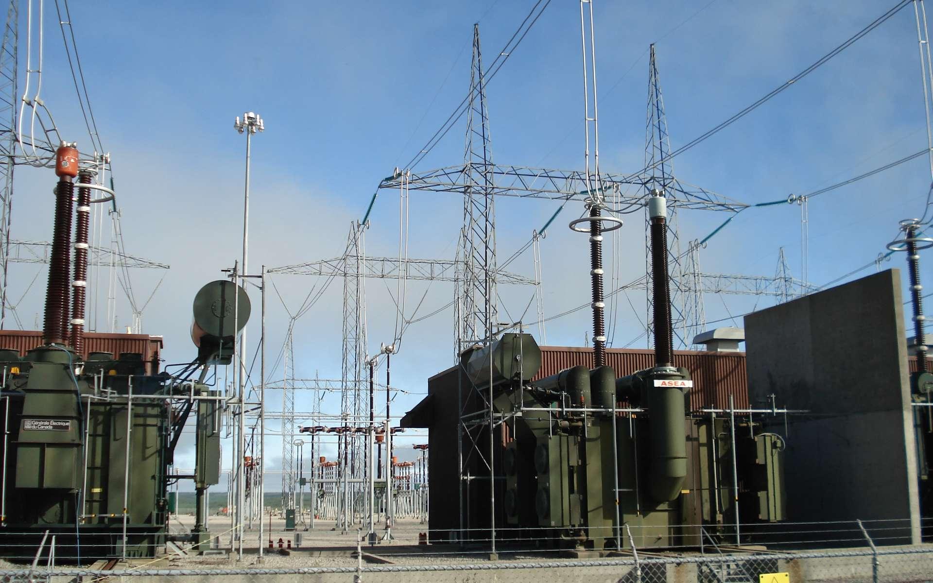 Ici le poste de transformation de la centrale hydroélectrique Robert Bourrassa au Québec. © FargoneD, CC BY 2.5, Wikipedia Commons