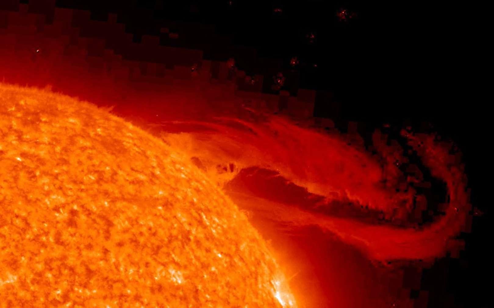 Le 29 septembre, cette magnifique protubérance solaire éruptive s'est éloignée de la surface du Soleil, se déployant dans l'espace au cours de plusieurs heures. Suspendue dans des champs magnétiques torsadés, la structure du plasma chaud est grande comme plusieurs fois la taille de la planète Terre et a été capturée par STEREO. L'image a été enregistrée dans la lumière ultraviolette extrême émise par l'hélium ionisé, un élément identifié à l'origine dans le spectre solaire. ©STEREO Project, NASA