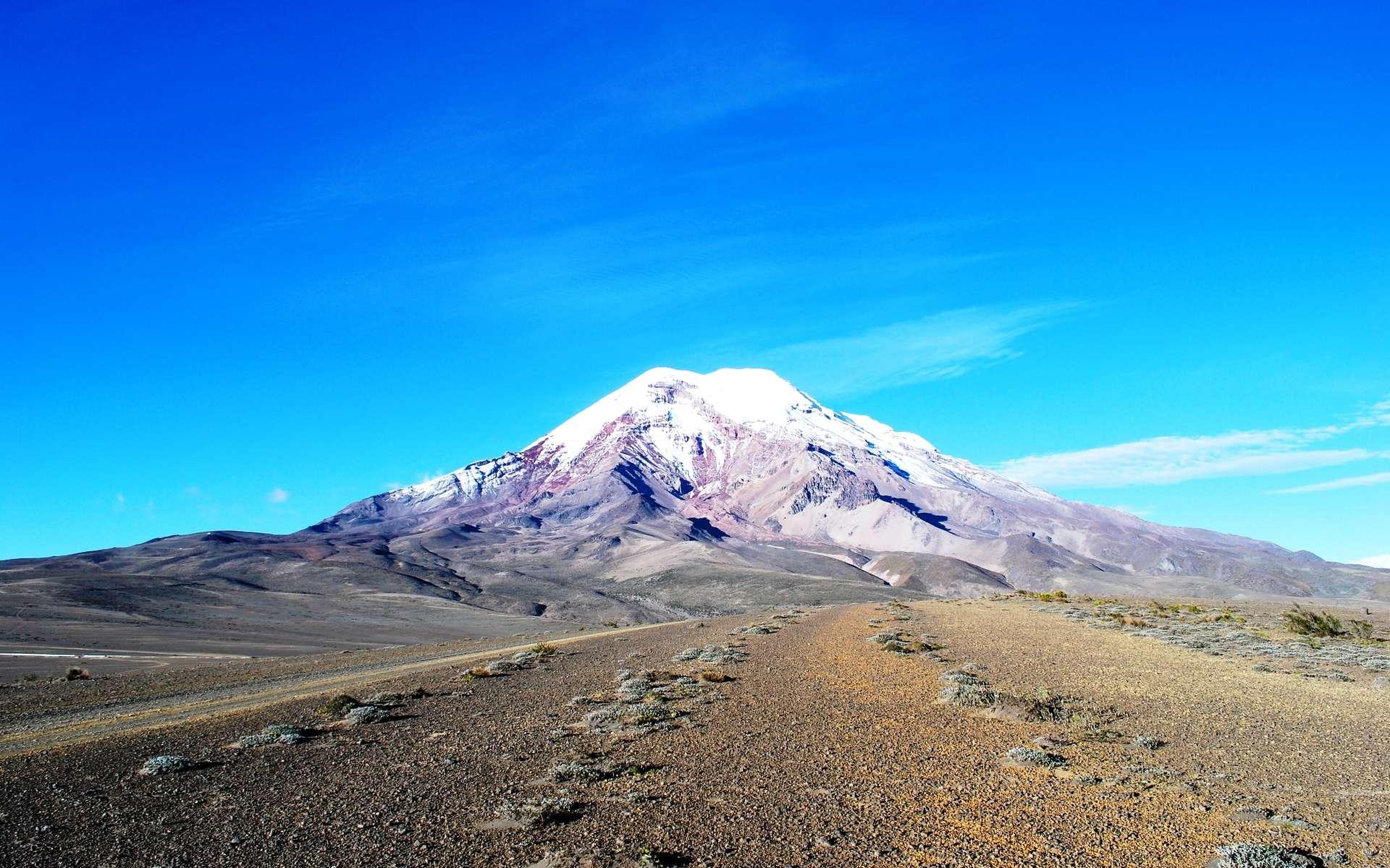 Le Chimborazo est un volcan d'Équateur culminant à 6.268 m d'altitude. C'est le sommet le plus haut des Andes équatoriennes et le point le plus éloigné du centre de la Terre. © David Torres Costales, @DavoTC, Wikimedia Commons, CC by-sa 3.0