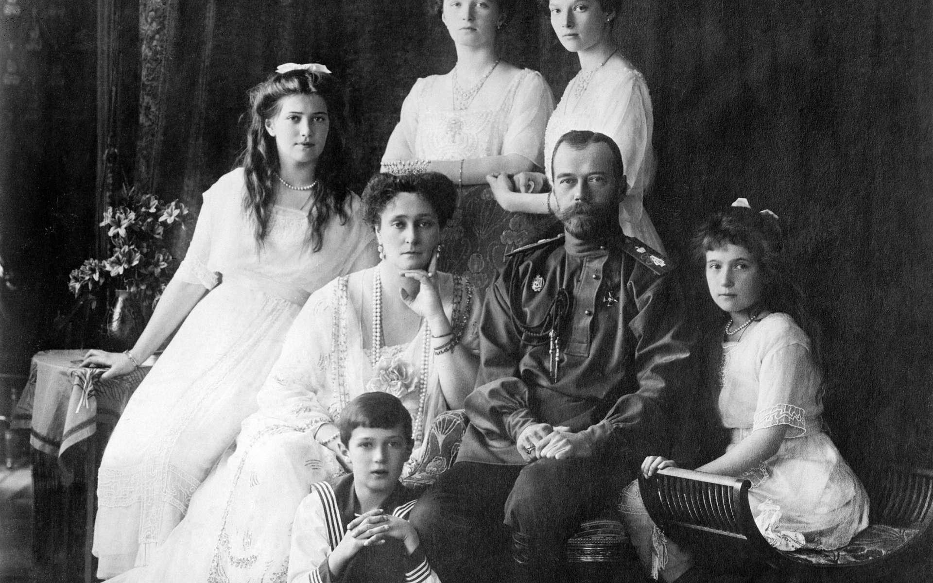 Nicolas II, dernier empereur de Russie et sa famille. Ils furent exécutés le 17 juillet 1918. © Boasson and Eggler, Wikimedia Commons, Domaine Public